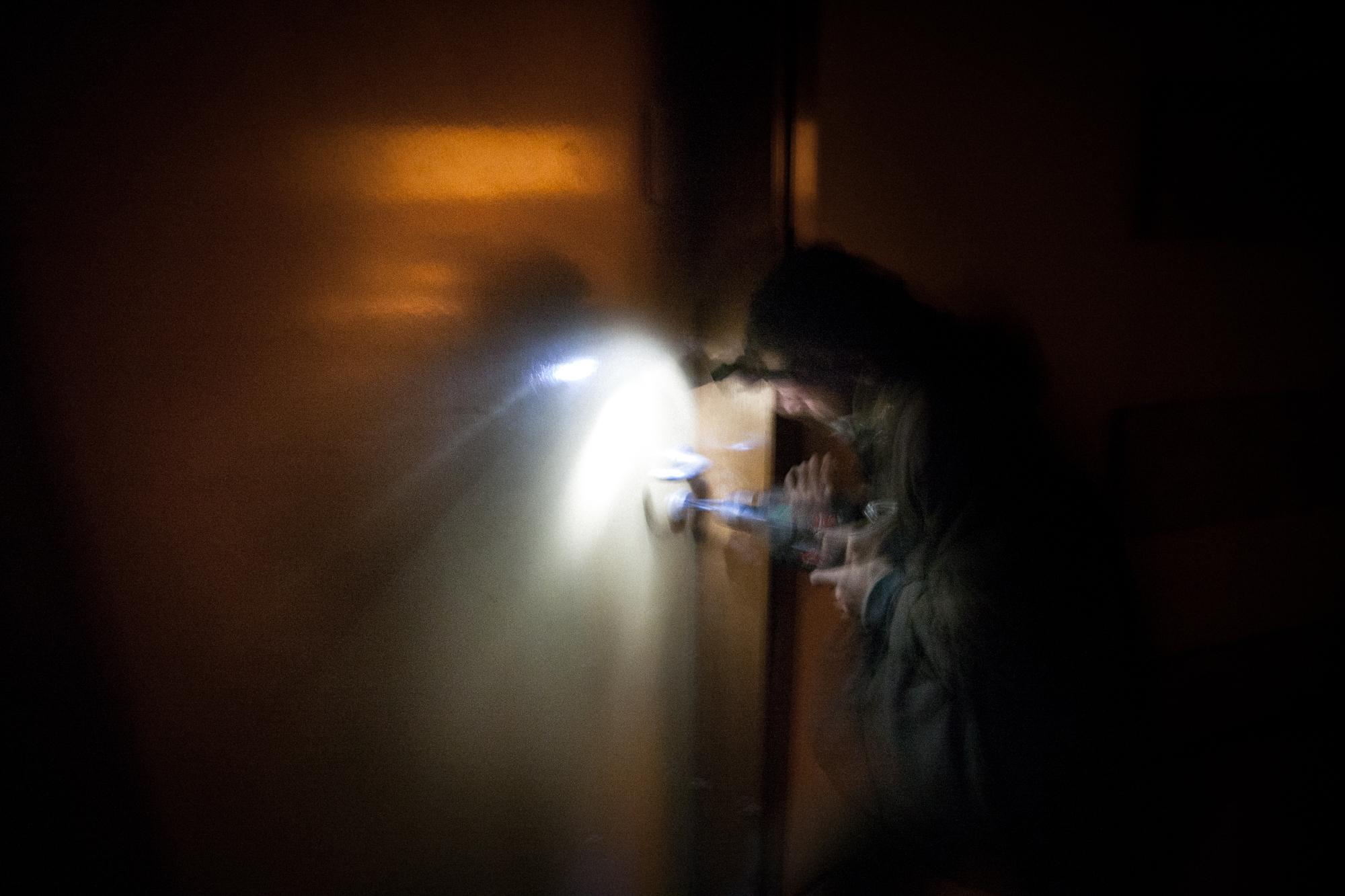 Looking for a squat. A squattable building has been found. At night from inside they unlock it to move in quickly. Recherche de squat. Un bâtiment squattable a été trouve. Durant la nuit, de l'intérieur il est ouvert et rapidement emménagé.