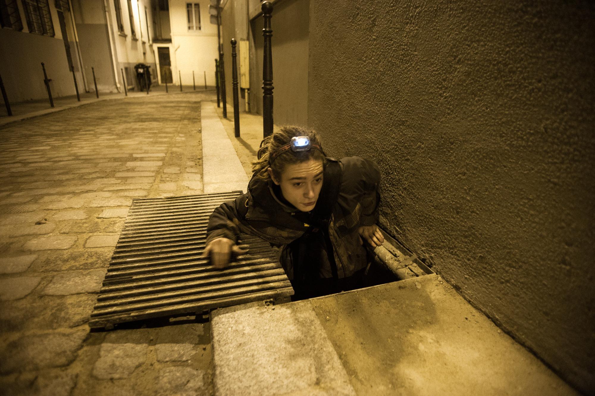 Looking for a squat. Some buildings are accessible through utility tunnels. Recherche de squats. Certains bâtiments sont accessibles par les galeries techniques souterraines.