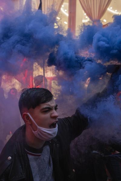 Victor 17 ans, mais déterminé à faire du bruit et à être vu, il tient un fumigène lors d'une action.  Victor 17, but determined to make noise and be seen, holds a smoke bomb during an action.