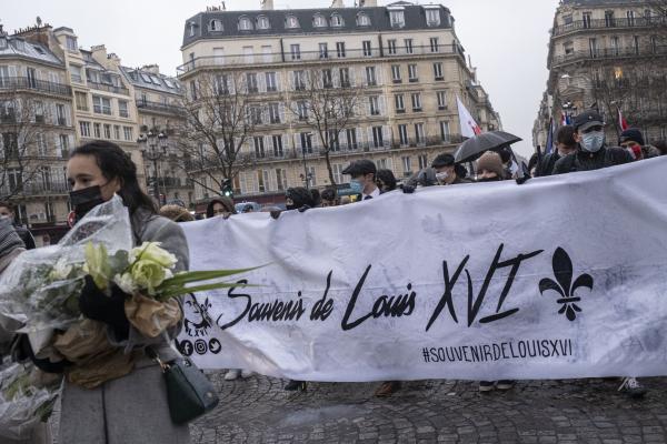 Banderole lors d'une marche, en hommage au Roi Louis XVI, avec les icônes et le hashtag pour les réseaux sociaux des groupes royalistes.  Banner during a march, in homage to King Louis XVI, with icons and hashtag for social networks of royalist groups.