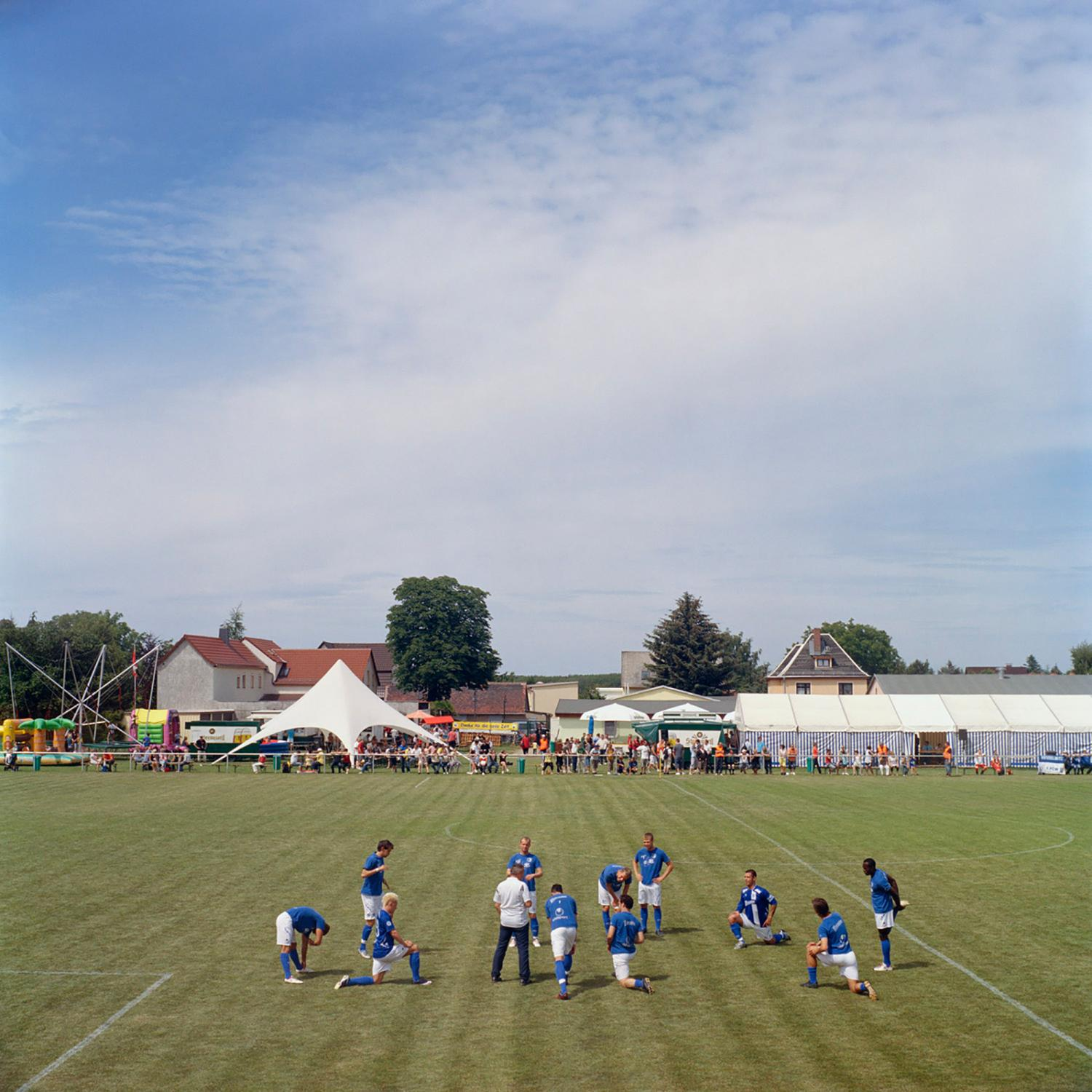 The team warms up for the last friendly game of the season in Höhenmöseln, where afterwards a village fest will take place.