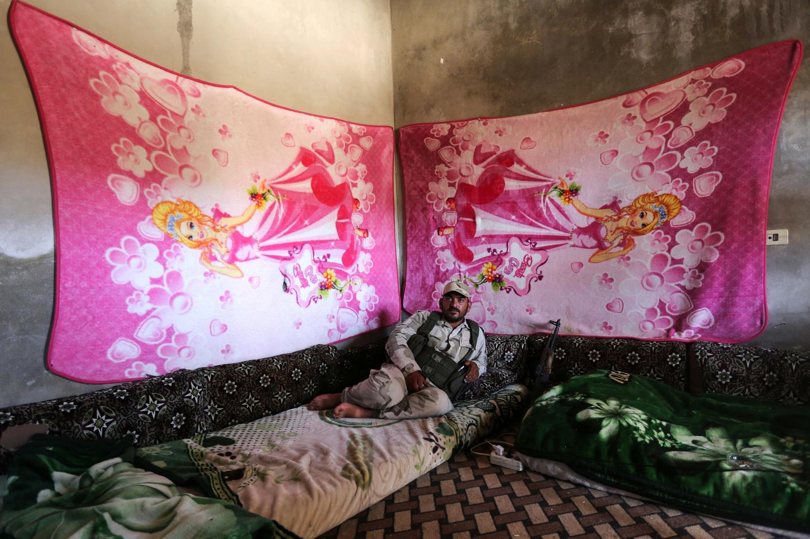 BARBā°E Fā±rat Kalkanā± Operasyonu'nun ardā±ndan DEAÅž'den temizlenen Suriye'nin kuzeyinde ÅŸimdilik çatā±ÅŸmalar bitmiÅŸ durumda. Yorucu geçen bir dönemin ardā±ndan Özgür Suriye Ordusu (ÖSO) savaÅŸçā±larā±, Barbie duvar halā±larā±yla süslenmiÅŸ karargahlarā±nda dinleniyor. TEMMUZ 2017 UāžUR YILDIRIM SABAH