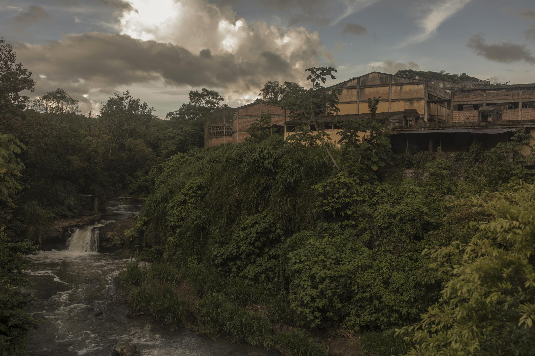 """Una fábrica de Café llamada """"Beneficio Puerto Rico"""", inaugurado por el presidente Gustavo Díaz Ordaz, luce abandonado luego de que en 1989 el estado dejó de suministrar recursos a los productores para mantener las operaciones de la planta, ubicada en Coatepec, Veracruz."""
