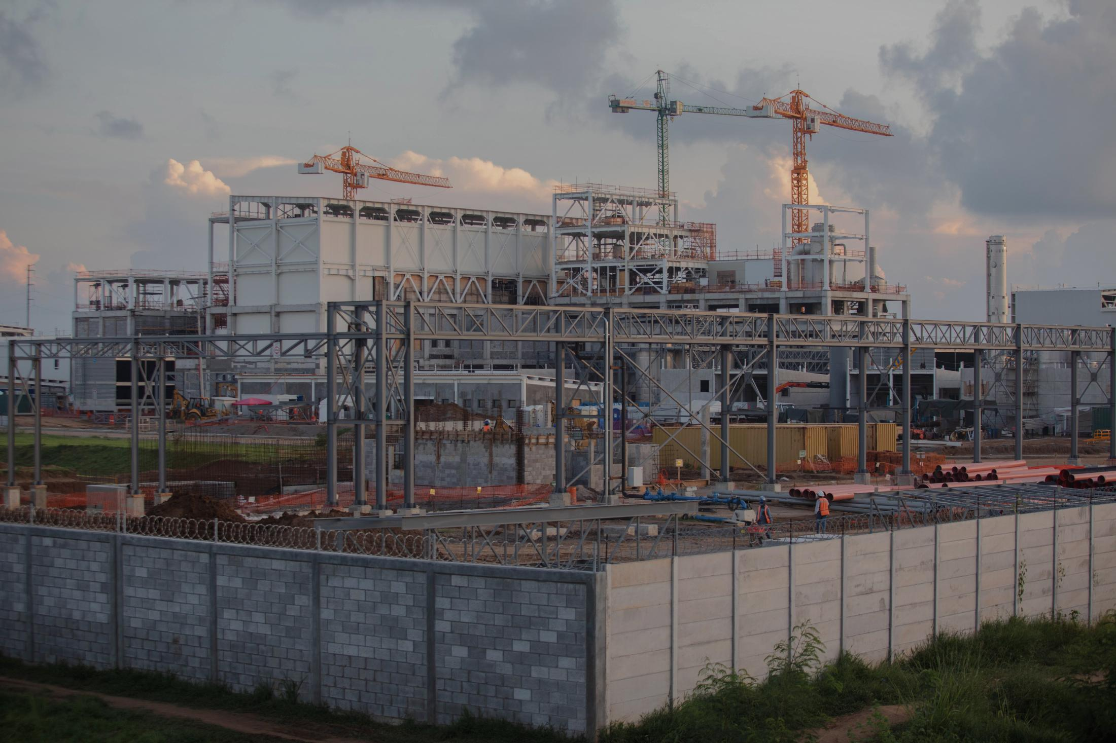 La planta de Nestlé en la ciudad de Veracruz se mantiene en construcción por lo que cada día llegan cientos de obreros a trabajar a marchas forzadas. De acuerdo a los reportes de la empresa, esta fábrica será la más grande de América Latina y una de las principales en todo el mundo.