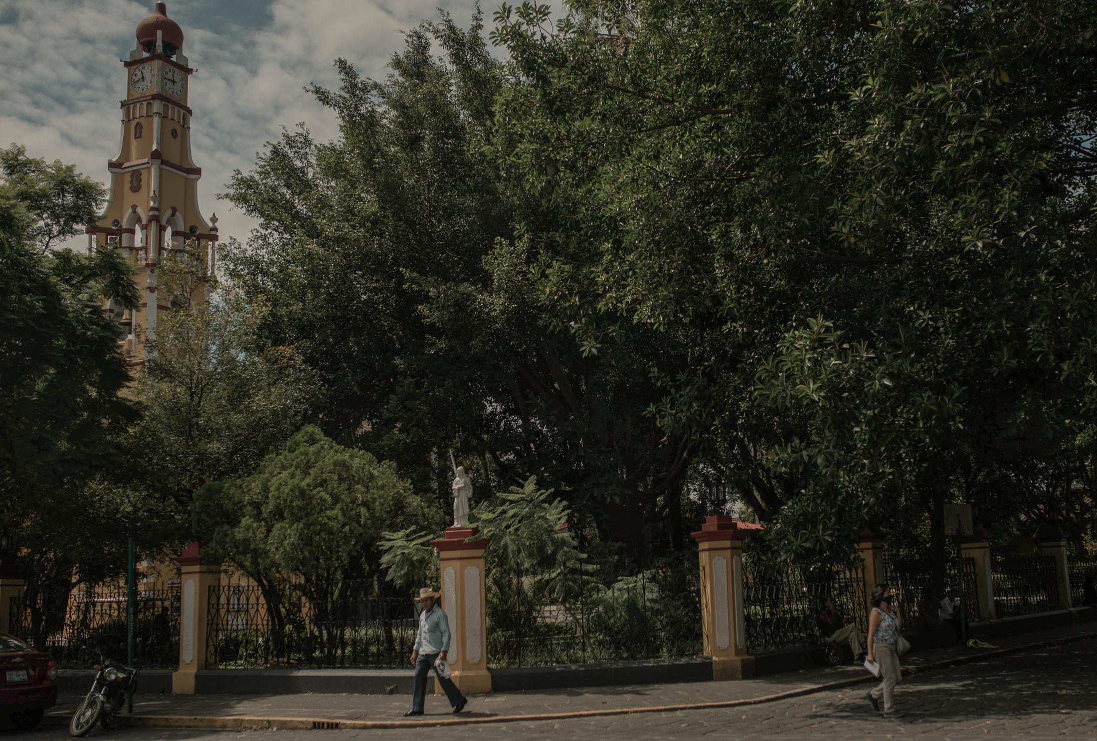Un par de personas caminan por el centro de Coatepec, Veracruz, el 17 de Agosto de 2020. Coatepec ha sido por muchos años una de las principales regiones cafetaleras de México, sin embargo, la mancha urbana ha obligado a que las fincas ocupen los espacios periféricos e incluso salir del municipio a lugares más alejados de la ciudad.