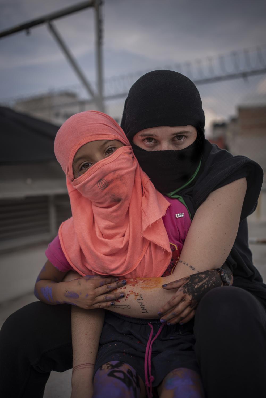 Retrato de una mujer y una niña, integrantes del bloque negro que tomó las instalaciones de la Comisión Nacional de Derechos Humanos, nombrandola Okupa Casa Refugio Ni Una Menos. En la ciudad de México, México. El 16 de Septiembre del 2020