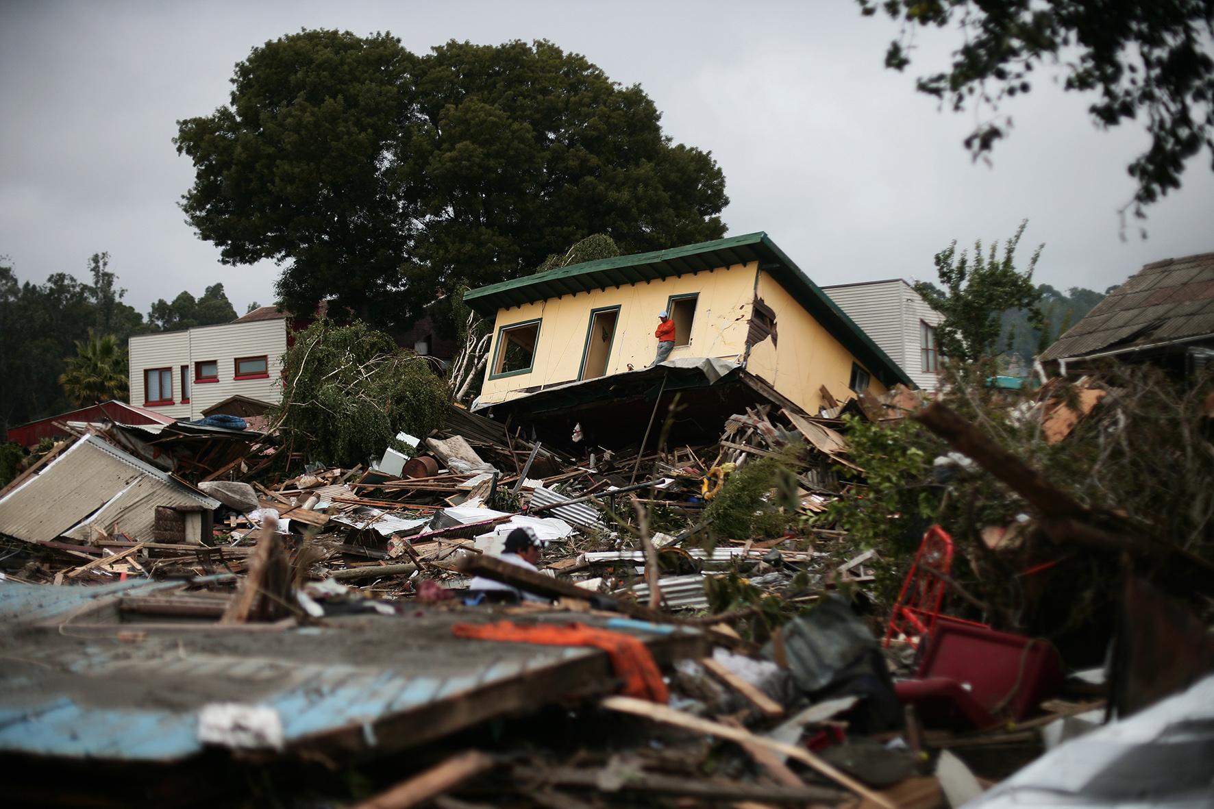 un hombre observa como su barrio completo fue arrasado por el tsunami