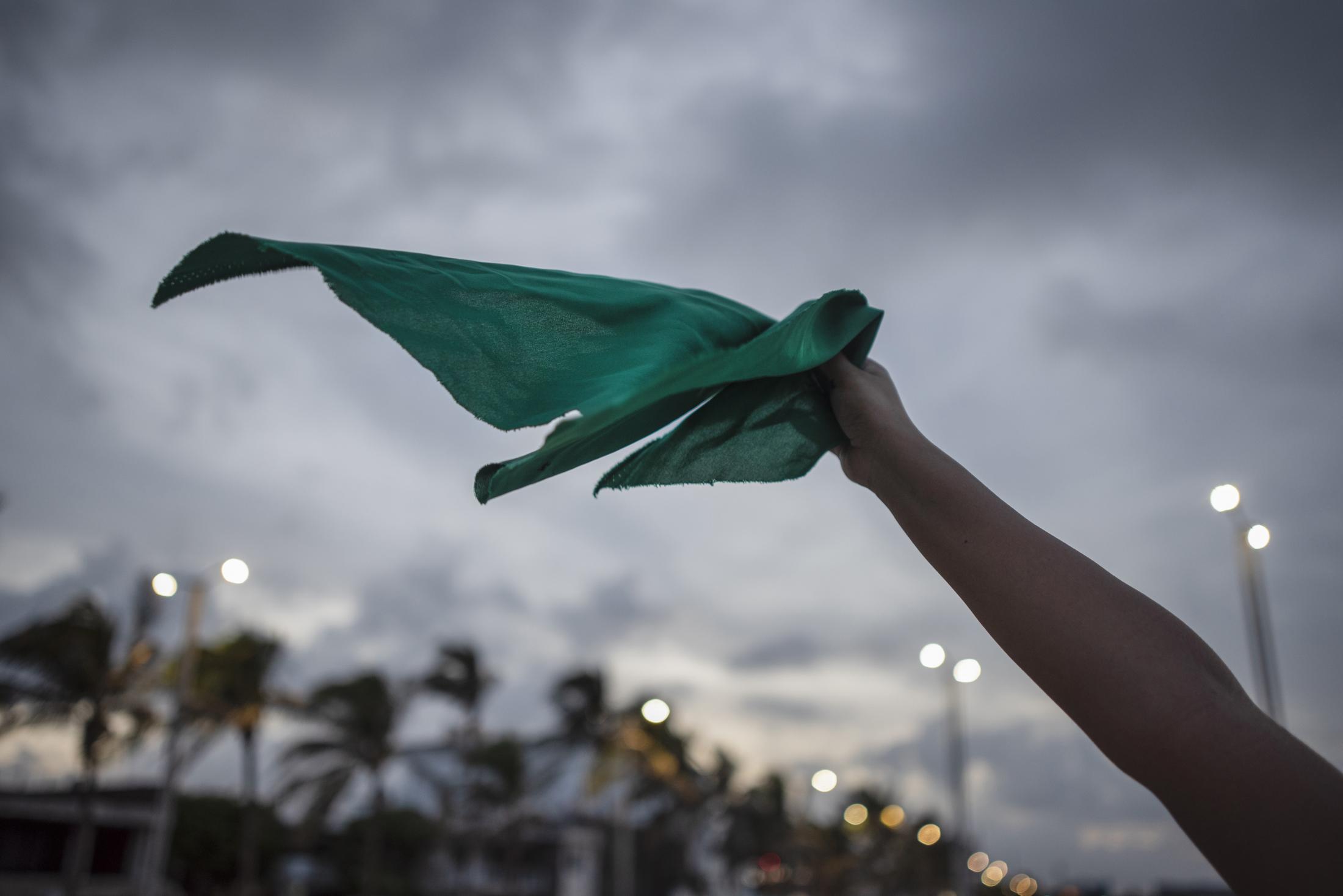 Una mujer agita un pañuelo verde durante la manifestación convocada por mujeres feministas, luego de la SCJN rechazara el proyecto que permitiría el aborto legal en Veracruz.