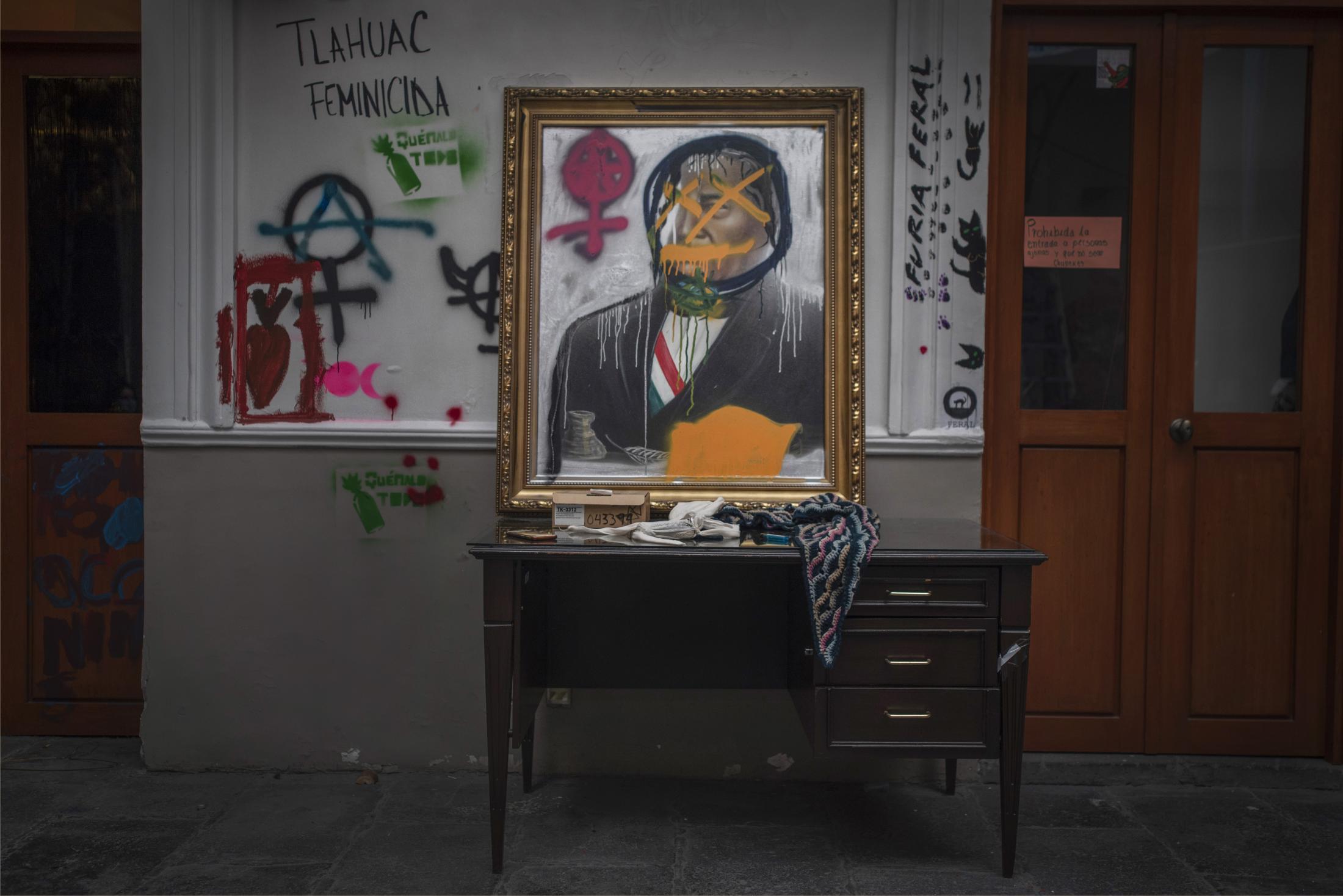 Vista de un rincón de la Okupa Casa Refugio, antes la Comisión Nacional de Derechos Humanos, donde se encuentran los cuadros intervenidos por las integrantes del bloque negro, en la Ciudad de México, México. El 29 de Septiembre del 2020