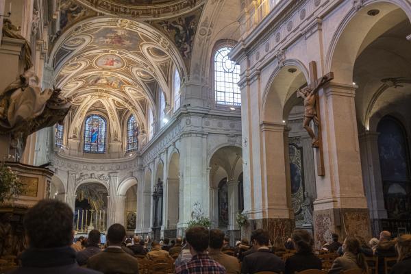 Guillaume commence sa journée à la messe dans l'église Saint- Roch dans le 1er arrondissement de Paris.  Guillaume begins his day at mass in the church of Saint-Roch in the 1st arrondissement of Paris.