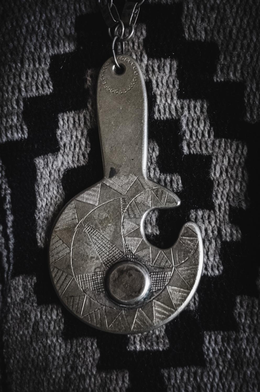 El kimche Juan Ñanculef usa este amuleto el día del eclipse, que representa gráficamente el fenómeno astrológico.