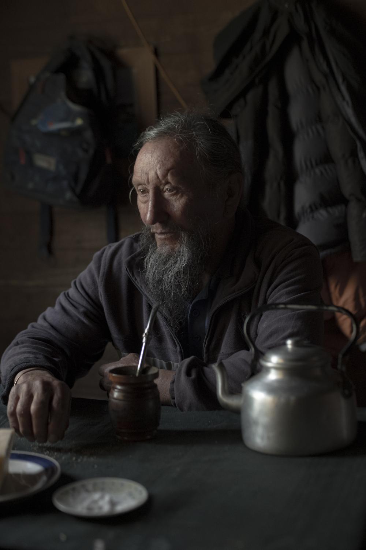 Don Alfredo, lonko del territorio ancestral en su casa.