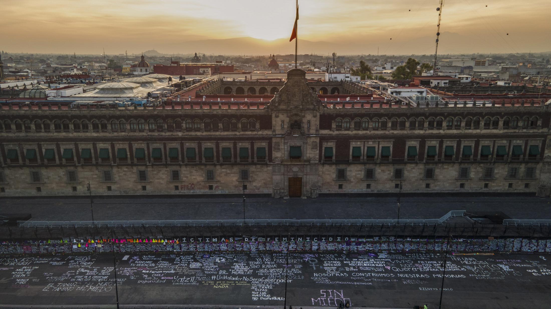 Vista aerea del Palacio Nacional resguardado por vallas antimotines que fueron intervenidas por mujeres, colocando los nombres de víctimas de feminicidio, en el marco del 8M Día Internacional de la Mujer. El 08 de Marzo del 2021., En la Ciudad de México, México.