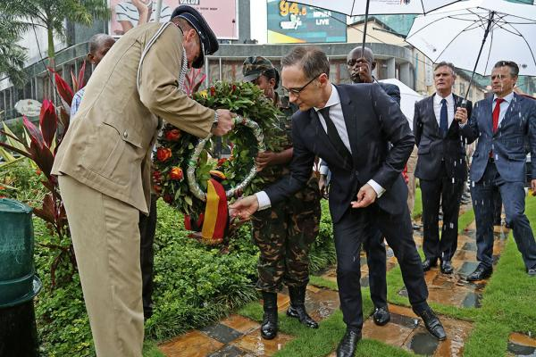 Germany Foreigner Minister Heko Maas, assisting military setting up flowers at Askari monument on 04-may 2018 in Dar es salaam, DPA Photo/ Simon Fidelis Luyenga