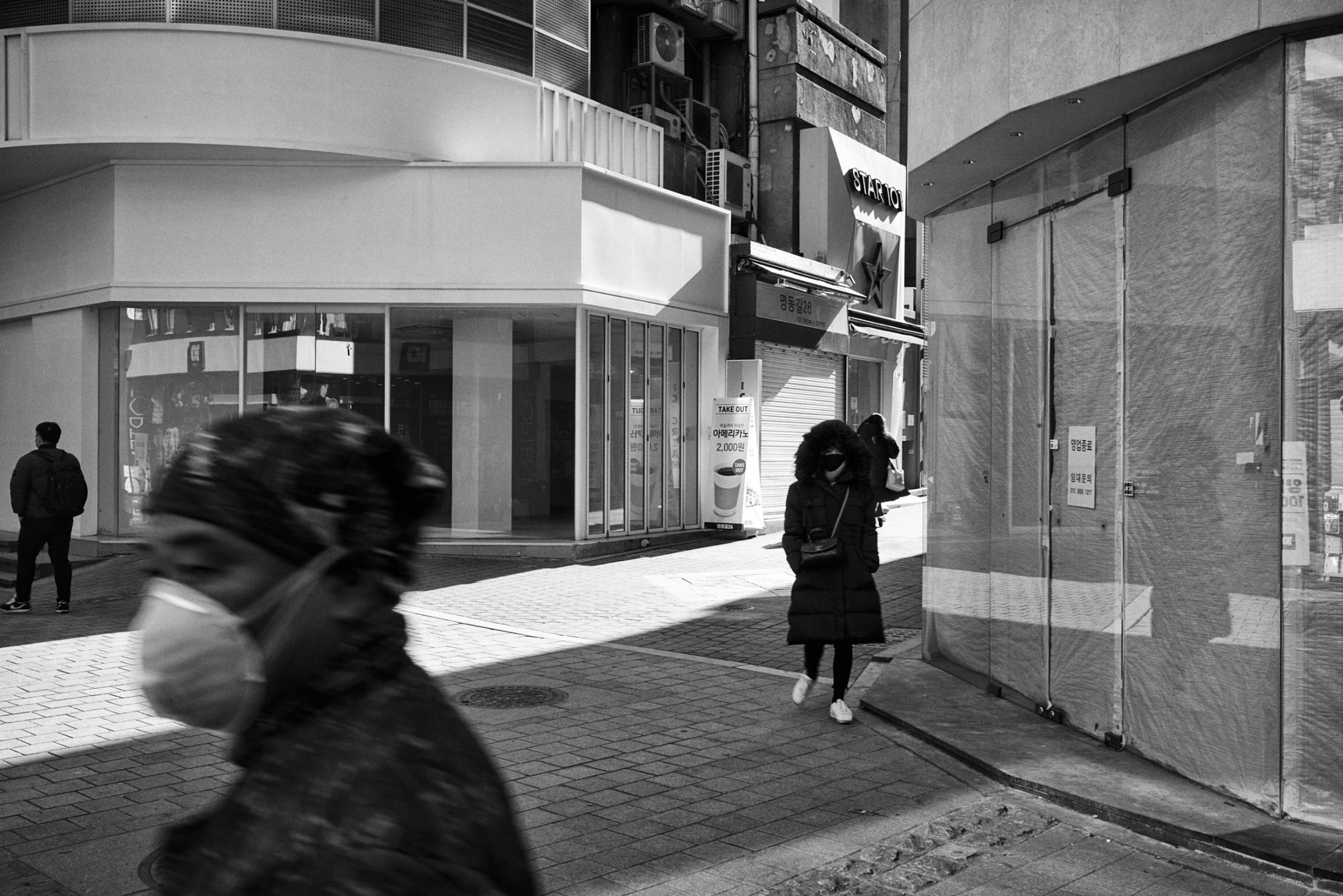 Myungdong, 11:52 a.m. Sunday. Jan. 17, 2021. Seoul, South Korea. 명동, 서울. 2021년 1월 17일 일요일 오전 11시 52분.
