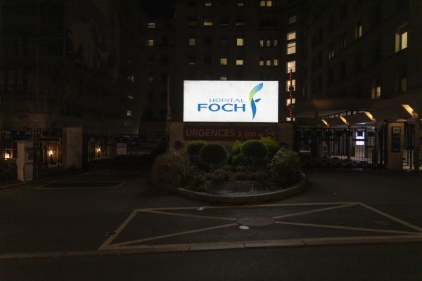 L'entrée de l'Hôpital Foch à Suresnes, point de départ d'une longue course.  The entrance of the Foch Hospital in Suresnes, starting point of a long race.