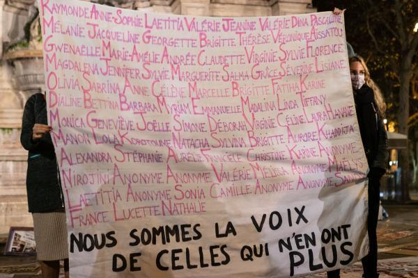 Rassemblement féministe pour la journée mondiale contre les violences que subissent les femmes, le 25 novembre 2020 sur la Place de Saint-Michel, à Paris.