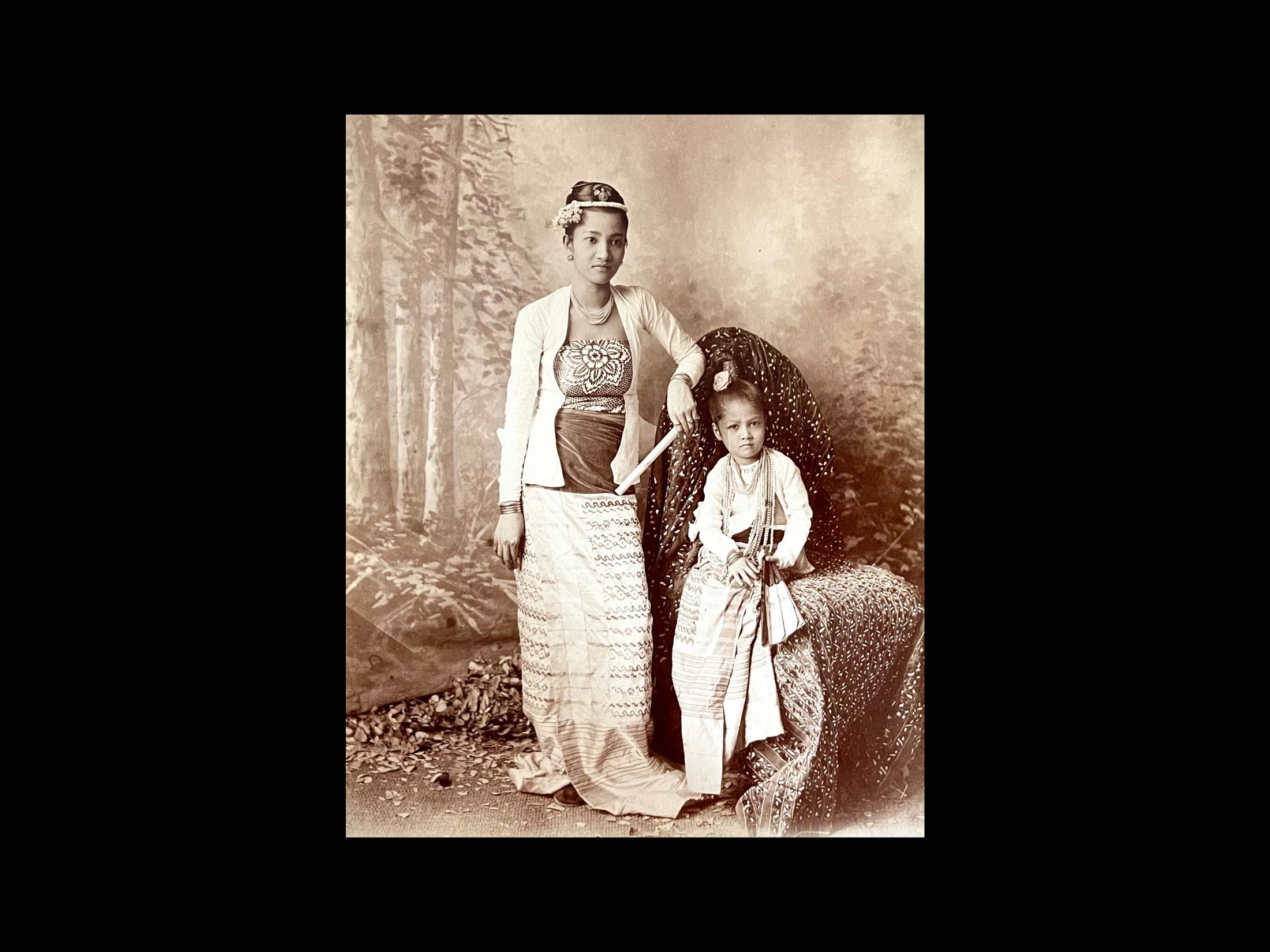 Mother and daughhter, Burma. 1895, photographer Felice Beato.