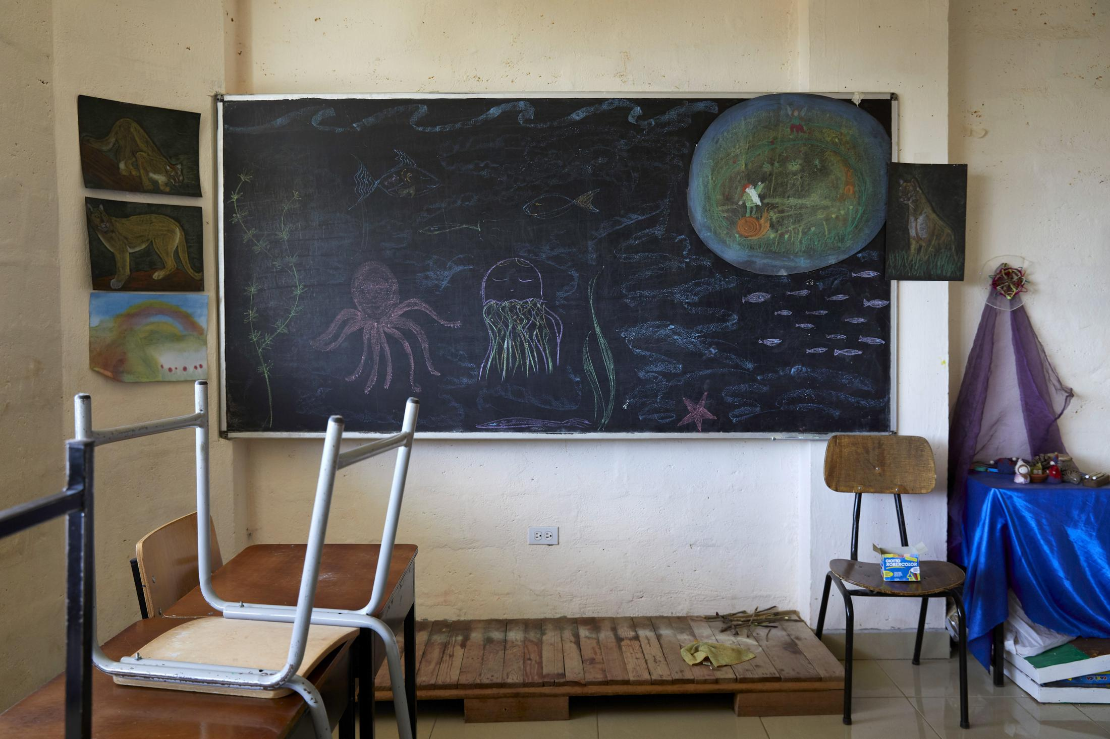 On March 12, 2020, Ecuador declared a state of exception and health emergency, and the schools have remained empty ever since. The Nina Pacha Educational Community is a school based on Waldorf pedagogy, emphasizing children's affective relationships, the development of skills and respect for nature. The school has 190 children of school age. Each teacher decides the best way to continue the educational process of their group of students.