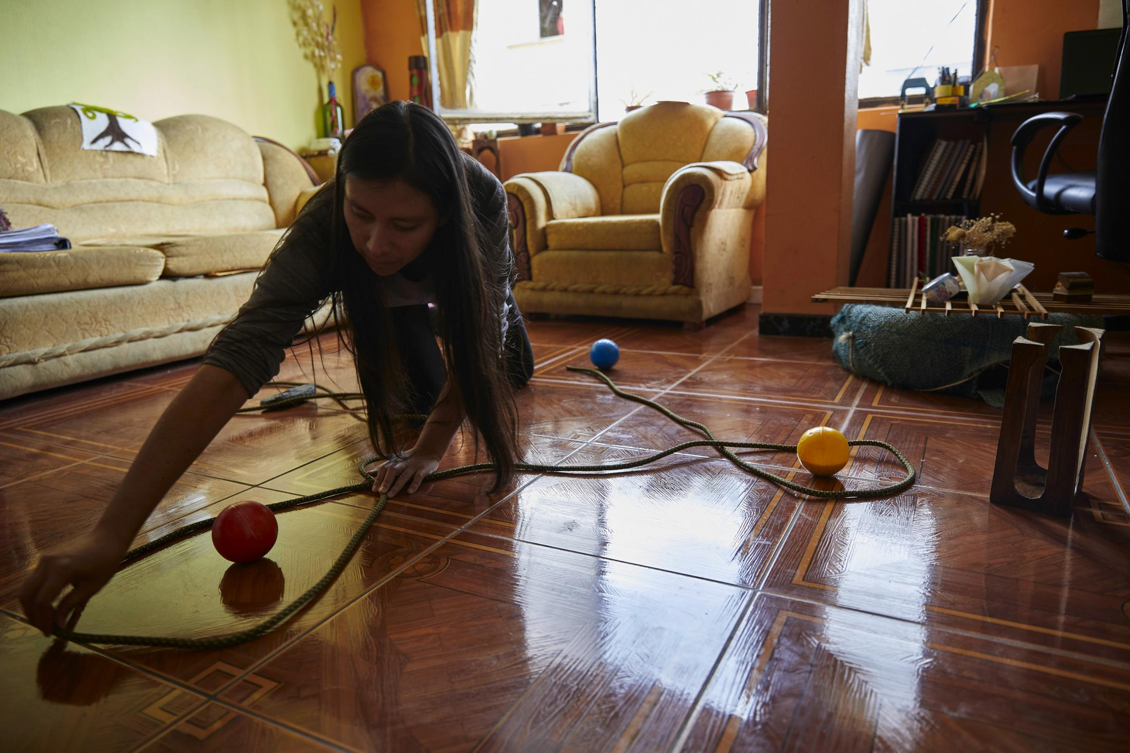 Shape drawing, introduced by Rudolf Steiner, is an important foundation of Waldorf pedagogy for children's development. Gabriela Chacha prepares and records different activities so students can continue with this work. Conocoto, Ecuador.
