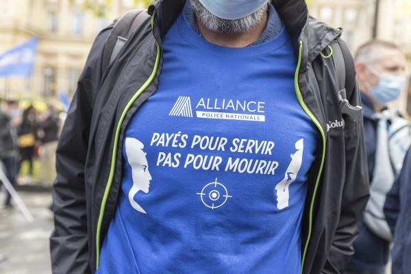 """T shirt """" paid to serve, not to die """" during the citizen's rally, inter-union demonstration of police officers such as Alliance Police Nationale, UNSAP, SGP etc, to denounce the laxity of justice and in homage to all police officers injured or killed on duty, in front of the National Assembly, in Paris, on May 19, 2021. Antoine Wdo / Hans Lucas T shirt """" payes pour servir, pas pour mourir """" lors du rassemblement citoyen, manifestation citoyenne inter syndicale des policiers comme Alliance Police Nationale, UNSAP, SGP etc, pour denoncer le laxisme de la justice et en hommage a tous les policiers blesses ou tues en fonction, devant l' Assemblee nationale, a Paris, le 19 mai 2021. Antoine Wdo / Hans Lucas"""