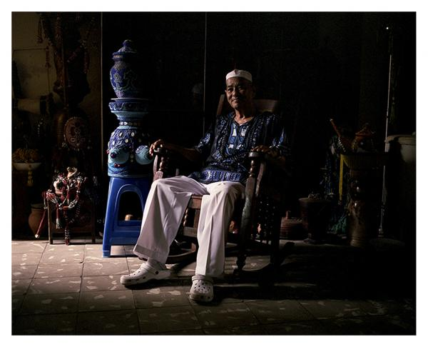 «  I am a son of Yemaya. She represents the ideal of respect. She is the loving mother that always forgives her children. Here in Cuba, Yoruba and Arara faiths are safeguarded, respected, and loved by White, Black and Chinese people  », explains Francisco Hung Villanueva. Nicknamed 'el Chino', this prominent oba (religious leader) is a descendant of Chinese indentured laborers brought from China in the 19th century. The condition of Chinese was so close to that of enslaved Africans and creoles that many embraced their religion. © Laeïla Adjovi
