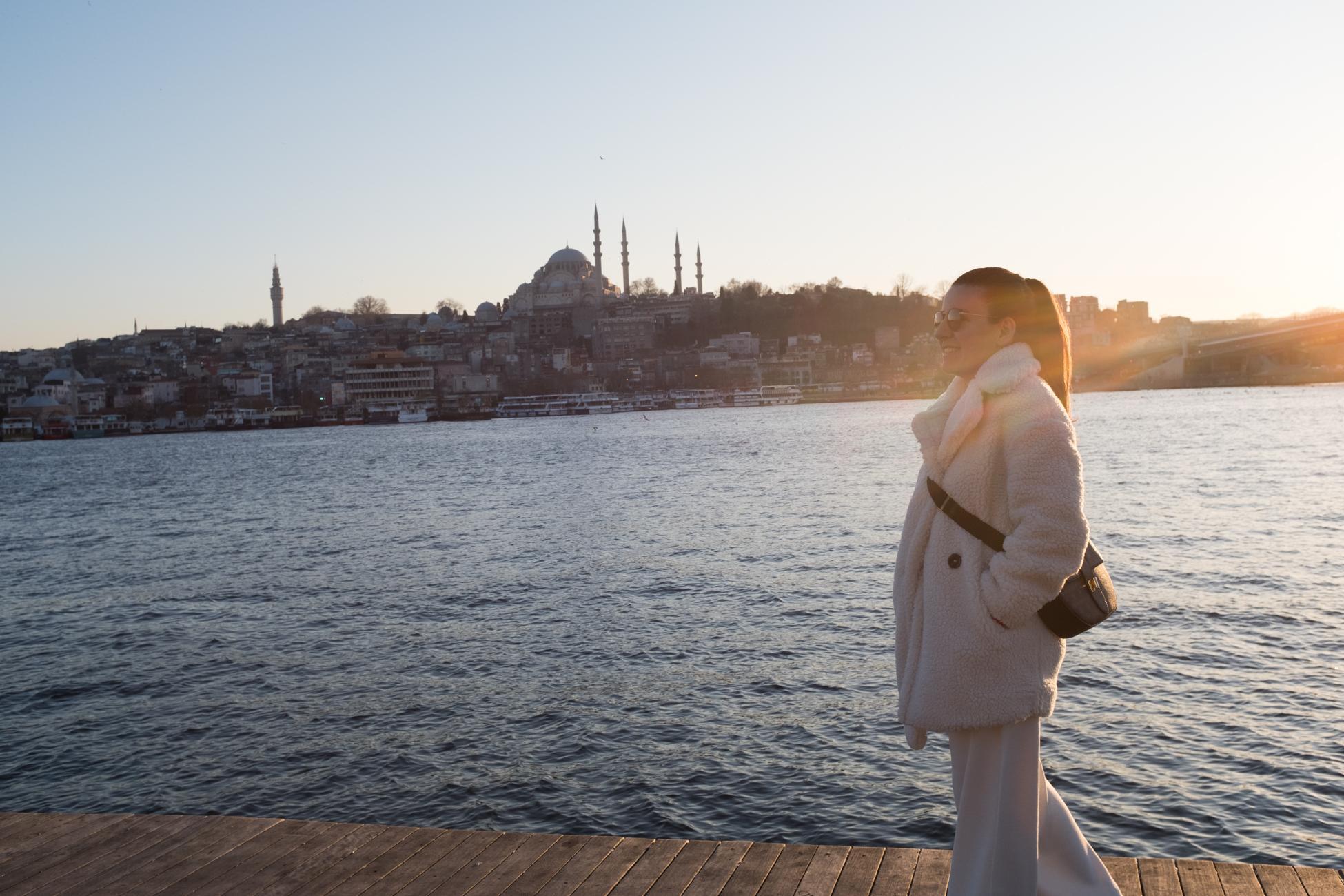 """Istanbul resident Pınar Kartal, 33 (shown here along the Bosphorus), is an engineer who has been unemployed for eighteen months, like 16.6 percent of Turkish women. Rather than staying at home watching """"housewife TV programs,"""" as she calls them, Pınar takes one language course after another. Habitante d'Istanbul, Pınar Kartal, 33 ans (ici le long du Bosphore), est une ingénieure au chômage depuis dix-huit mois, comme 16,6 % des femmes turques. Plutôt que de rester rester à la maison devant «les programmes télévisés pour femmes au foyer», comme elle les appelle, Pınar enchaîne les cours de langue."""