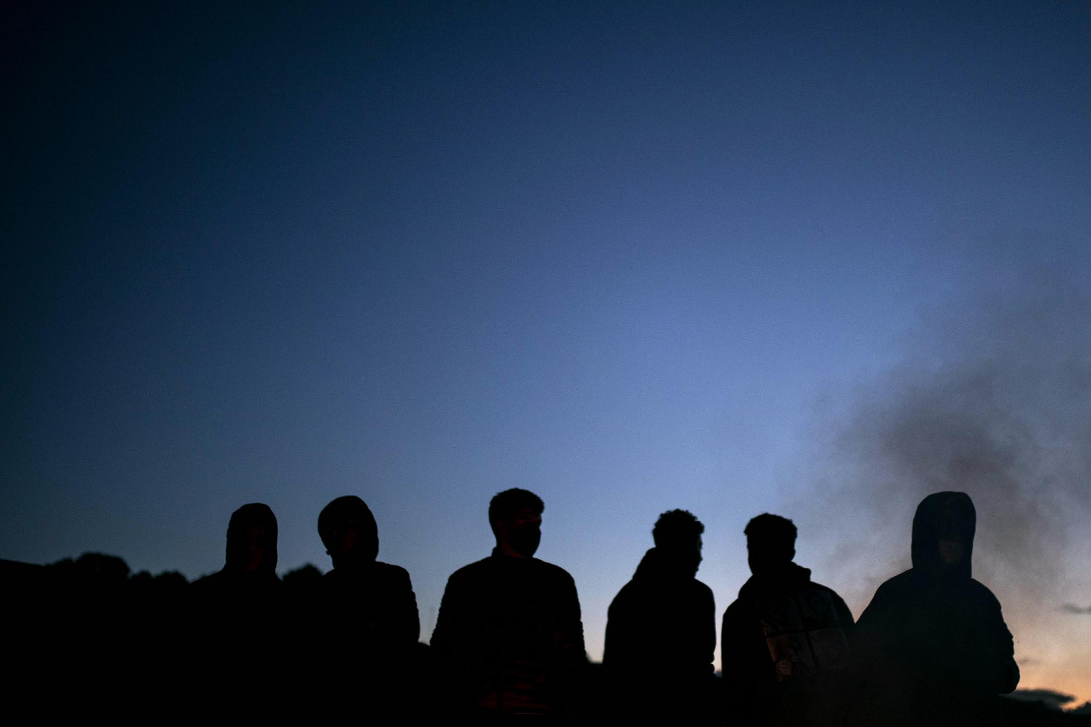Un grupo de jóvenes se juntan al atardecer en el Sector VI de la Cañada Real