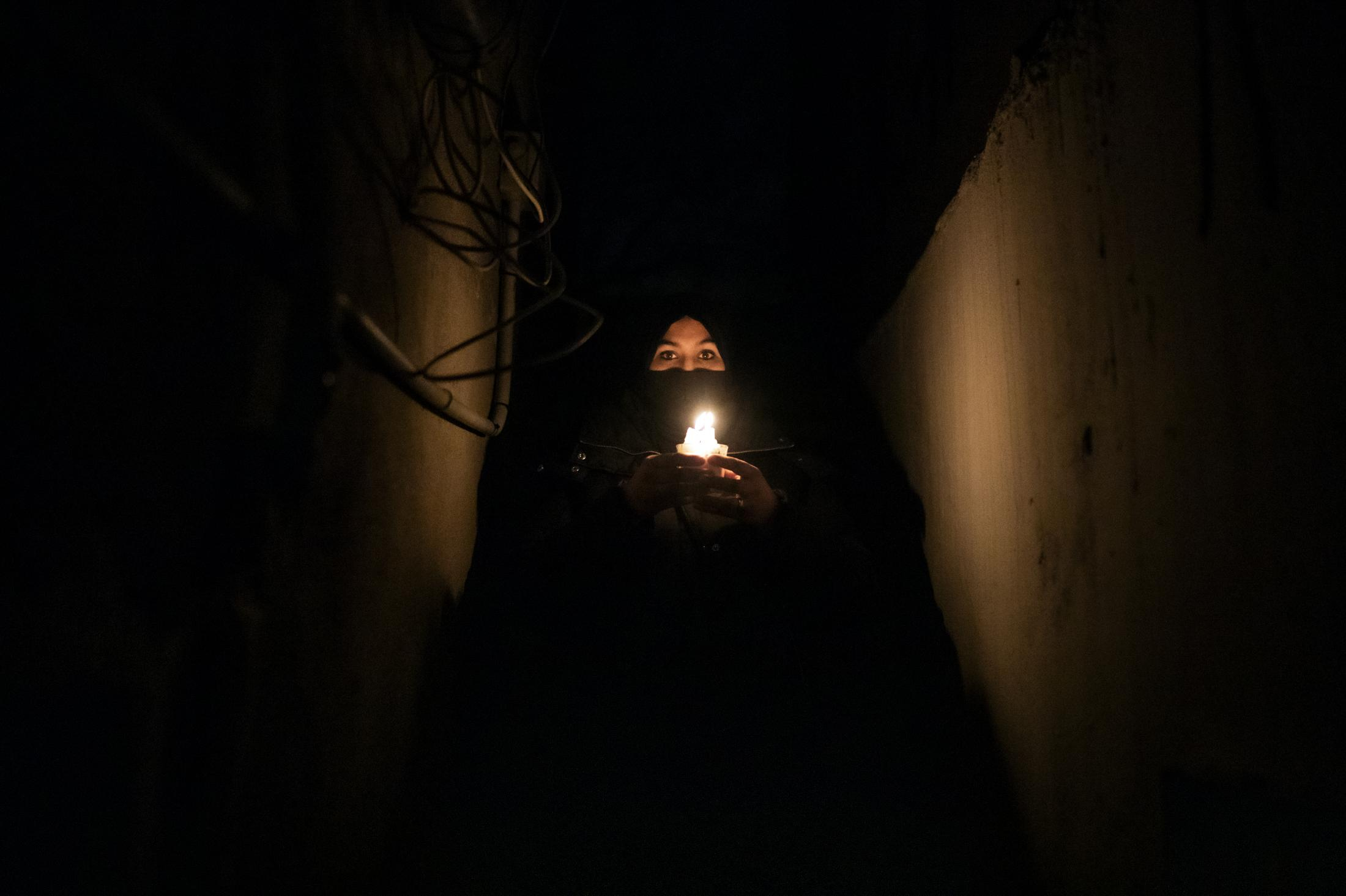 Karima el-Aissati de 29 a–os posa sujetando una vela en las escaleras frente a su casa en Sector V de la Ca–ada Real