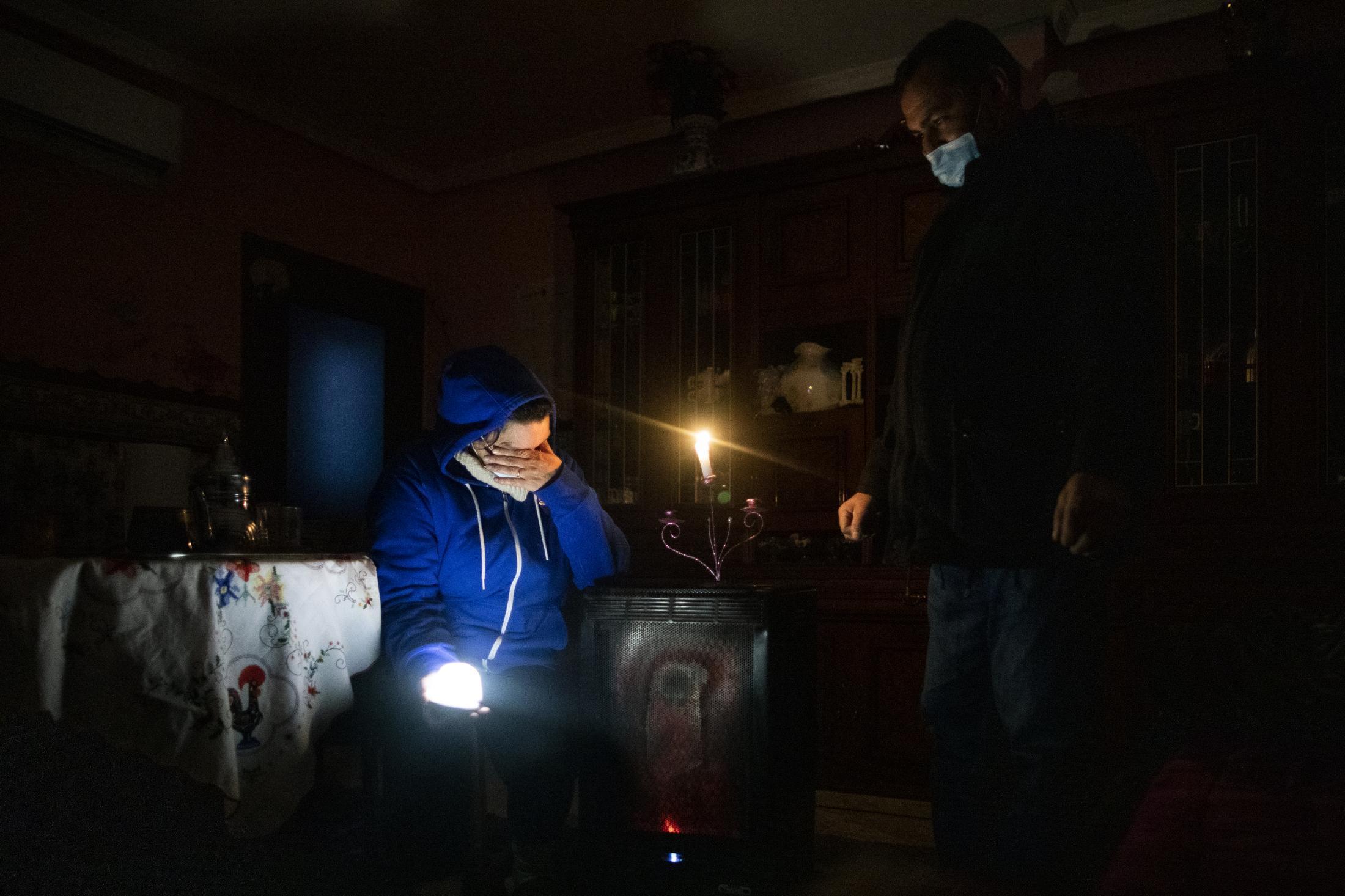 Naima se sienta en su sal—n apenas iluminado junto a su marido Abdel-Asis en su casa del Sector V en Ca–ada Real