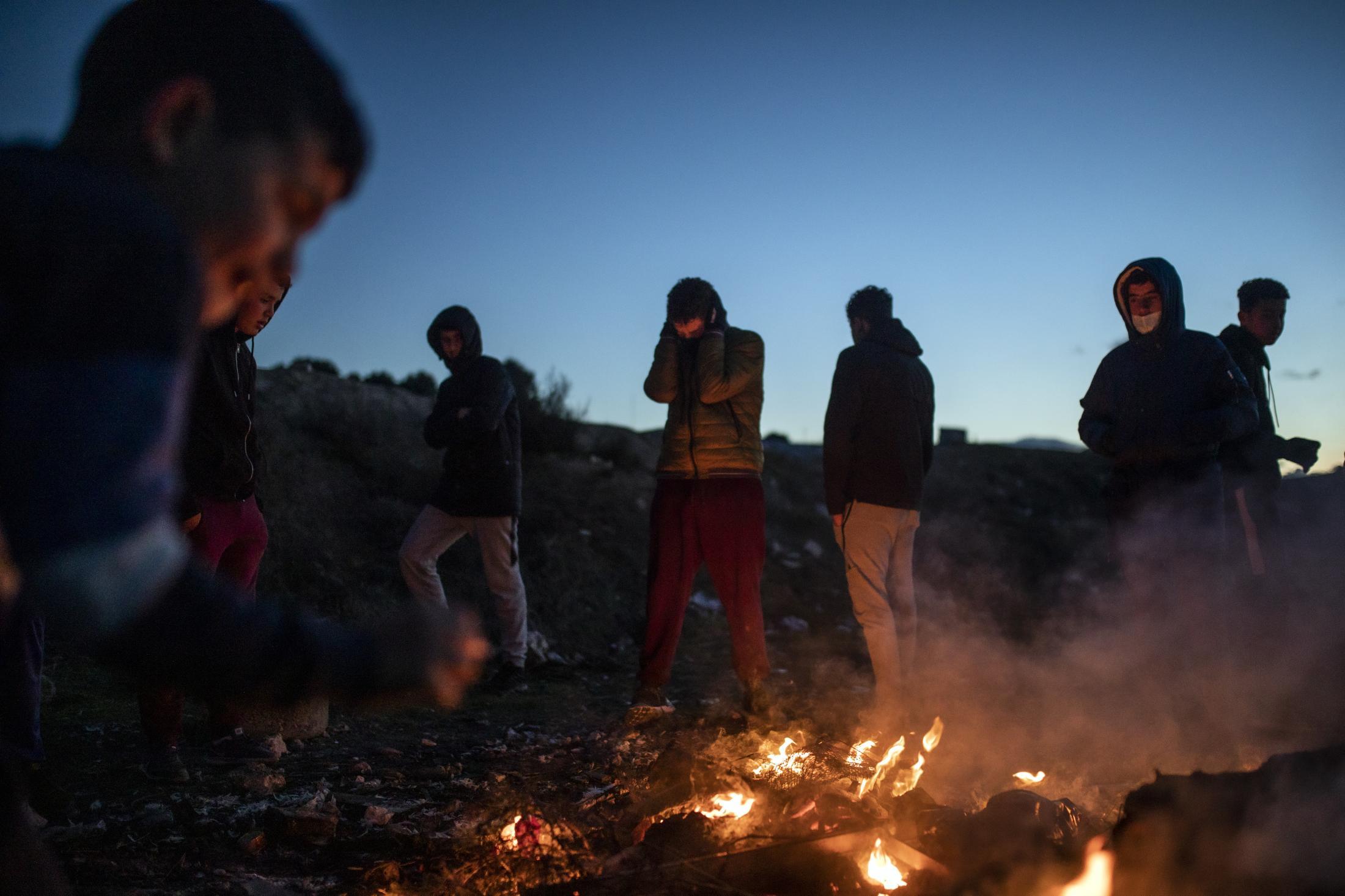 Un grupo de amigos se reœne frente al fuego para poder calentarse en el Sector VI de la Ca–ada Real