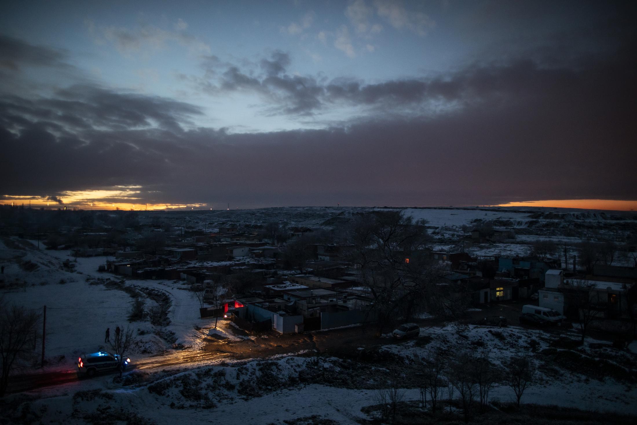 Vista del Sector VI de la Ca–ada por la noche tras el primer d'a de la nevada