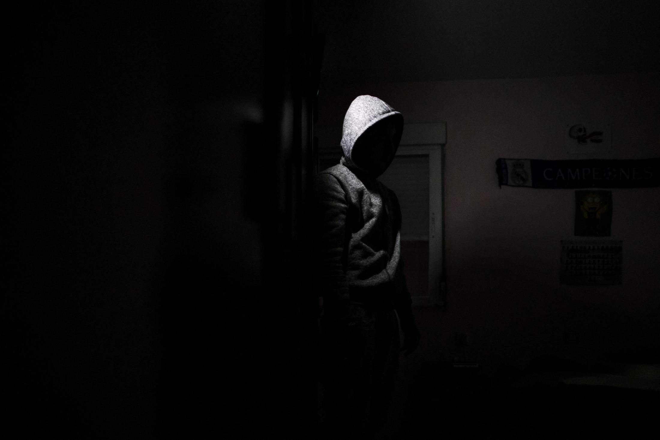 Moakhlise ,de 14 años, en su cuarto apenas iluminado por una pequeña luz a pilas en su casa en el Sector V de la Cañada Real