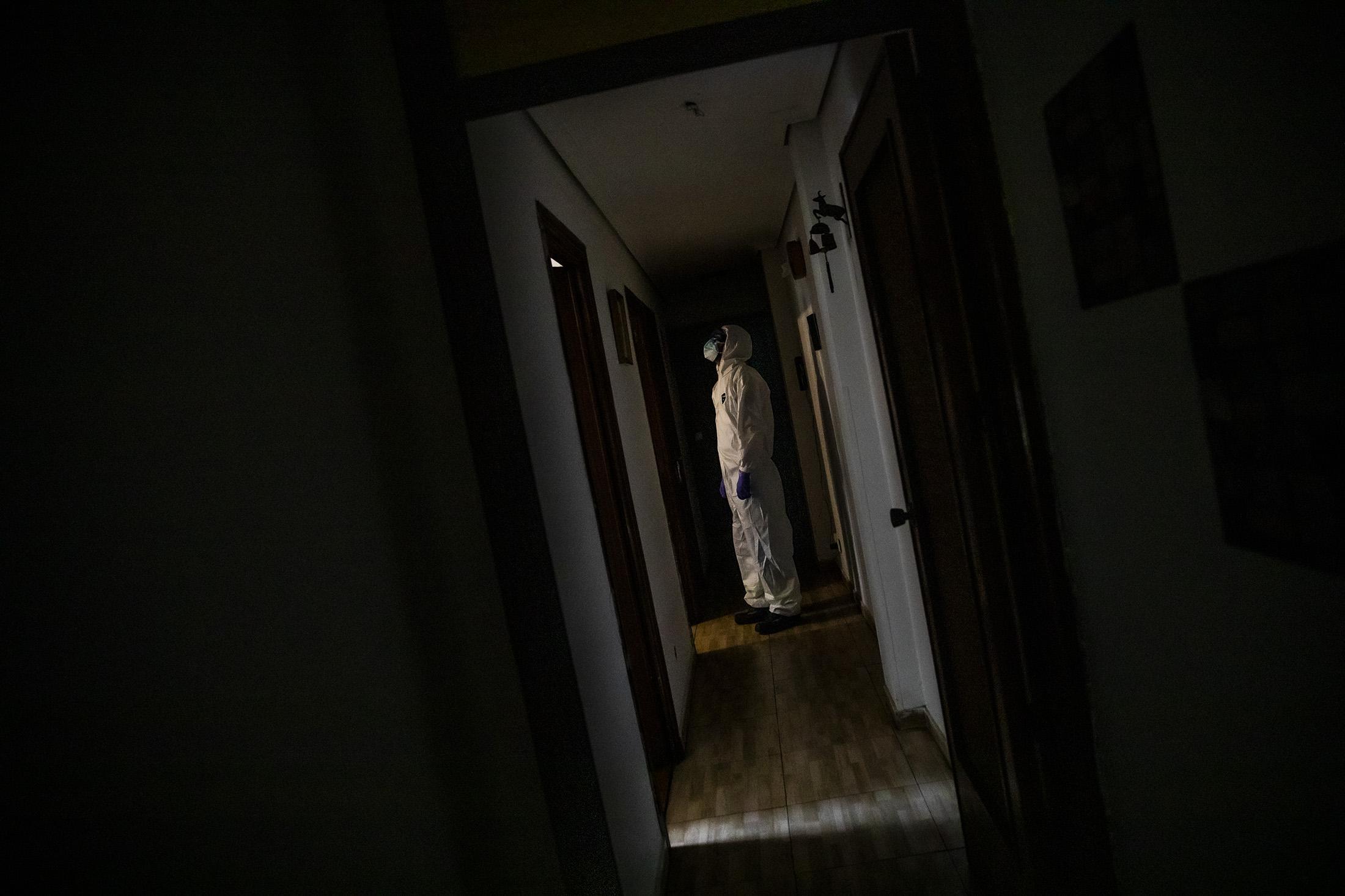 Carlos Rubio, mŽdico de la UVI-8 del SUMMA interviene en el domicilio de Fabio, colombiano de 73 a–os por posible contagio de COVID-19