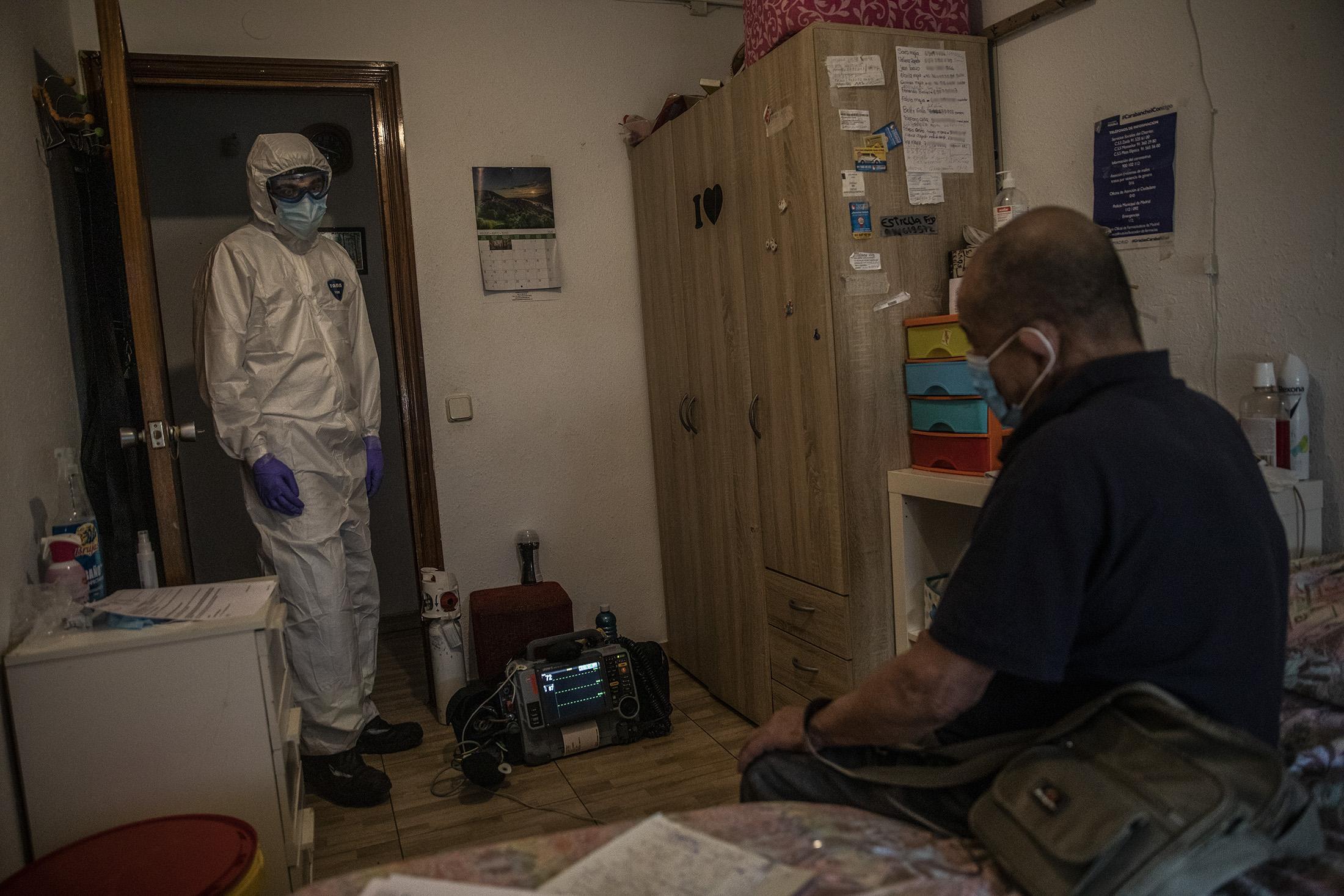 Carlos Rubio, médico de la UVI-8 del SUMMA interviene en el domicilio de Fabio, colombiano de 73 años por posible contagio de COVID-19