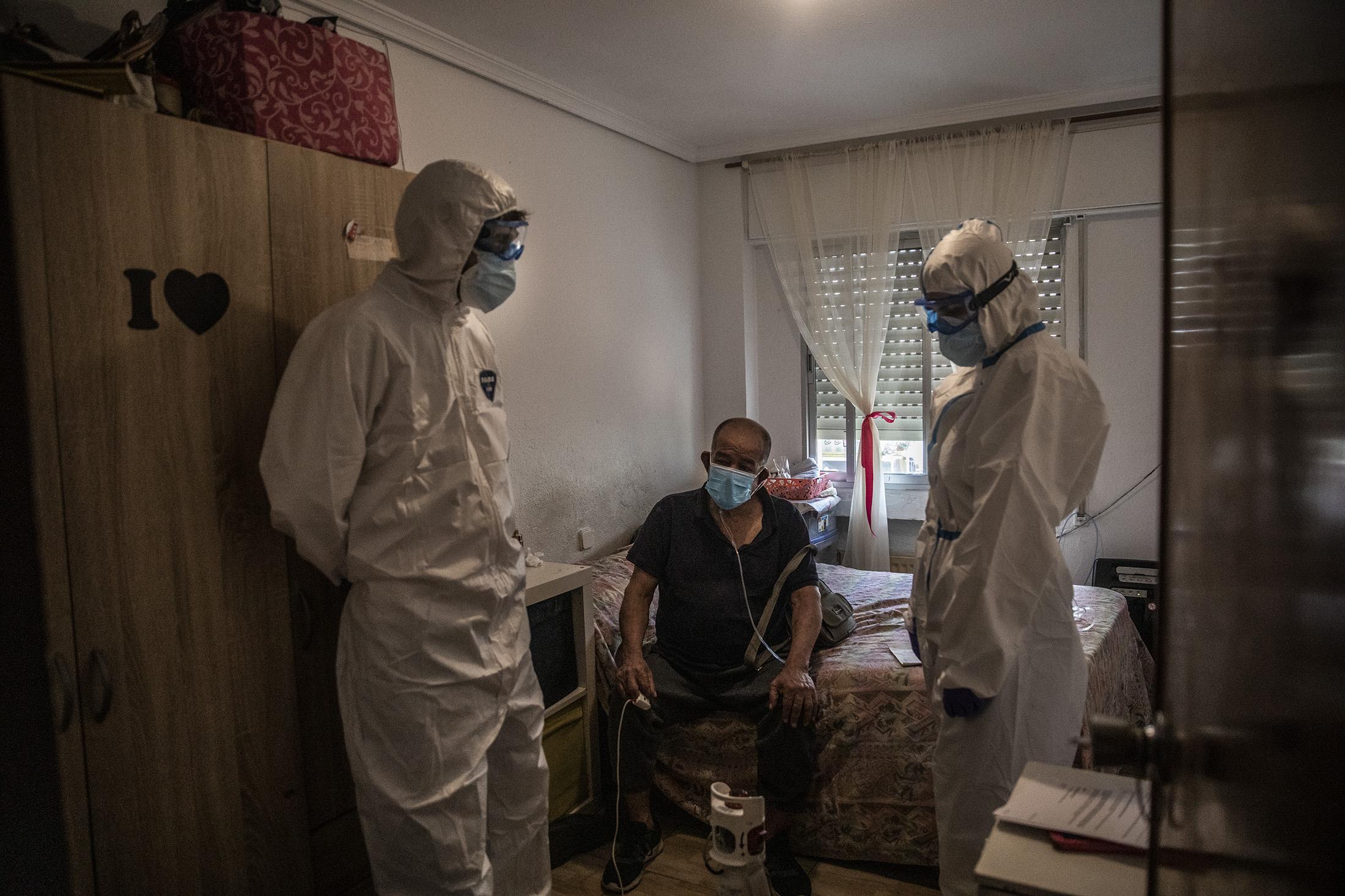 Carlos Rubio, mŽdico y Ana Moreno, enfermera de la UVI-8 del SUMMA interviene en el domicilio de Fabio, colombiano de 73 a–os por posible contagio de COVID-19