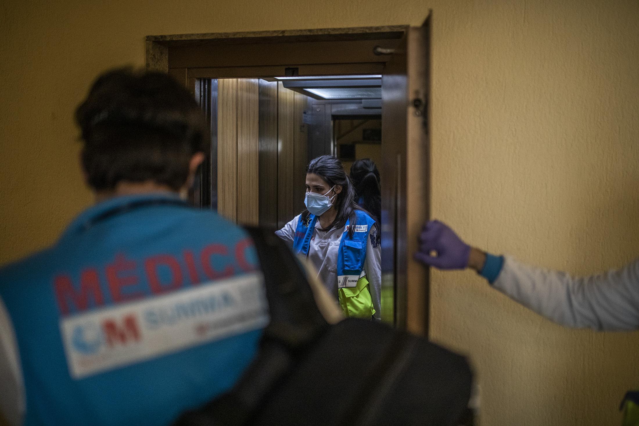 El equipo sanitario de la UVI-8 del Summa atiende a un paciente en su domicilio durante la pandemia del COVID-19 en Madrid. El personal del SUMMA sigue atiende a los pacientes con un nuevo protocolo desde el inicio de la pandemia