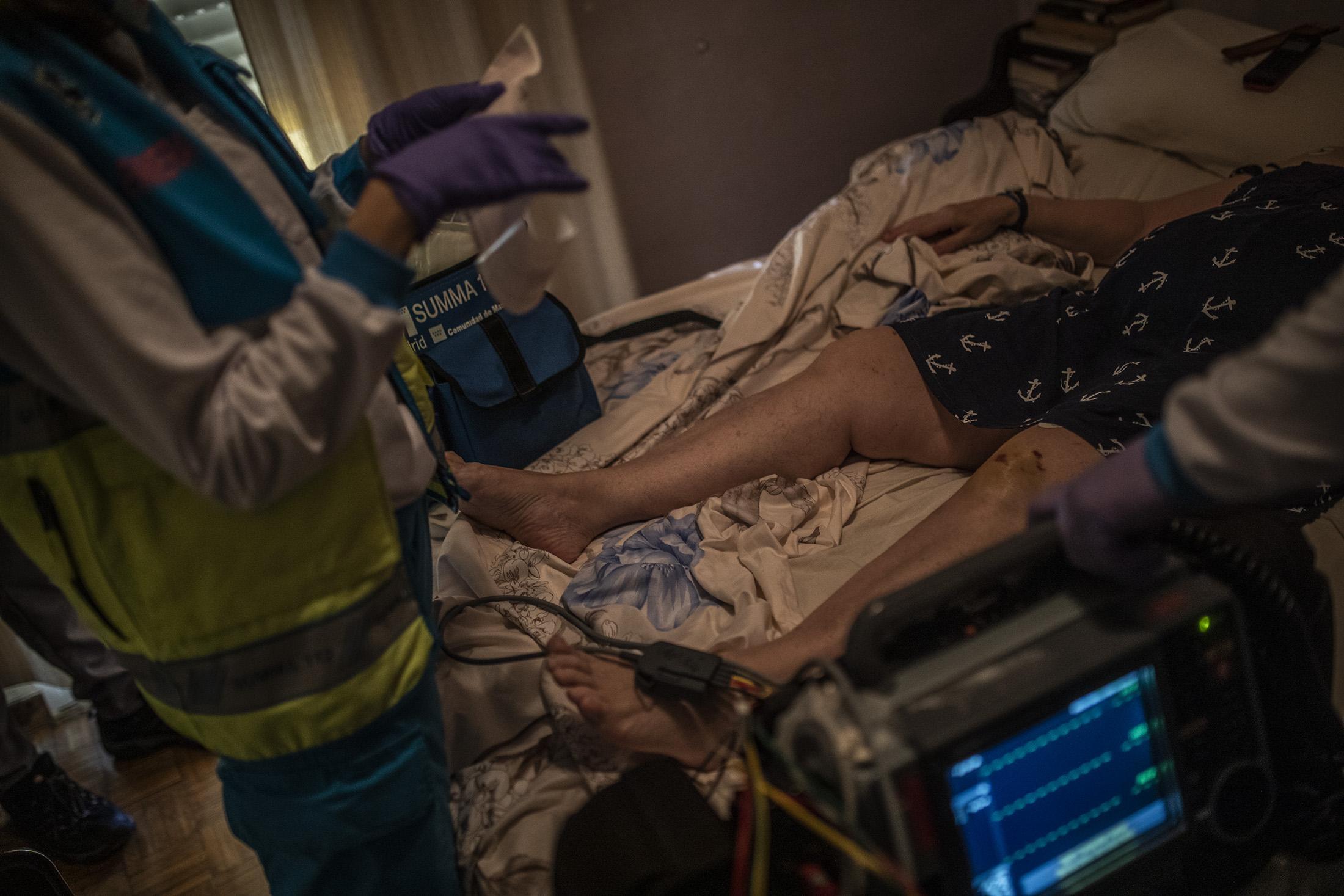 El equipo sanitario de la UVI-8 del Summa atiende a Mari Carmen de 63 años en su domicilio aquejada de varias molestias en Madrid. La desescalada ha ayudado a que no haya tantas intervenciones por COVID-19, aun así el personal del SUMMA sigue atendiendo a todoslos pacientes con un nuevo protocolo desde el inicio de la pandemia