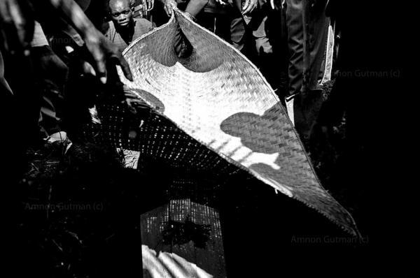 Funeral procession of a village elder who passed away from HIV/Aids, Shabunda, South Kivu.