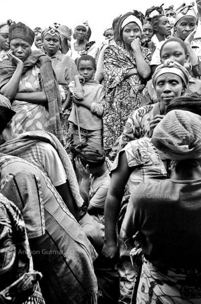 IDPs waiting for food distributionby WFP, Kirumba, North Kivu.