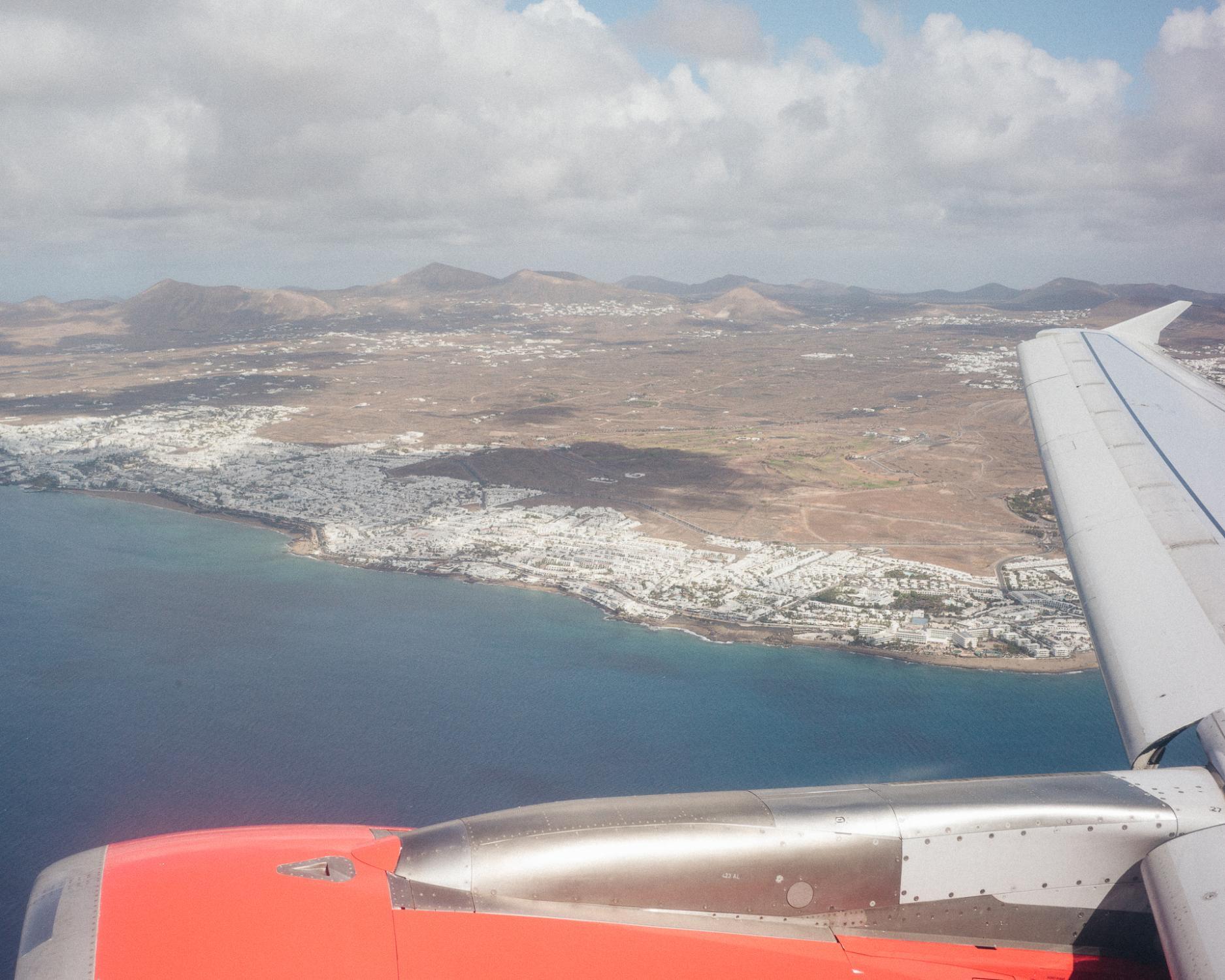 Dans les années 70, Puerto del Carmen a bâti sa popularité notamment sur sa proximité avec l'aéroport. Dix minutes de voiture suffisent aux vacanciers qui descendent de l'avion pour rejoindre ses plages, ses bars et attractions spécialement conçues pour eux.