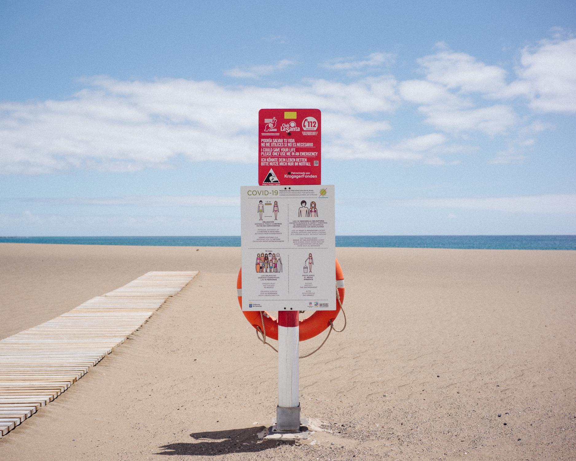 Los Pocillos, est l'une des plages les plus populaires de Puerto del Carmen. Elle est habituellement bondée. Sur le sable désert, un panneau rappelle les mesures pour lutter contre la propagation du Covid-19.