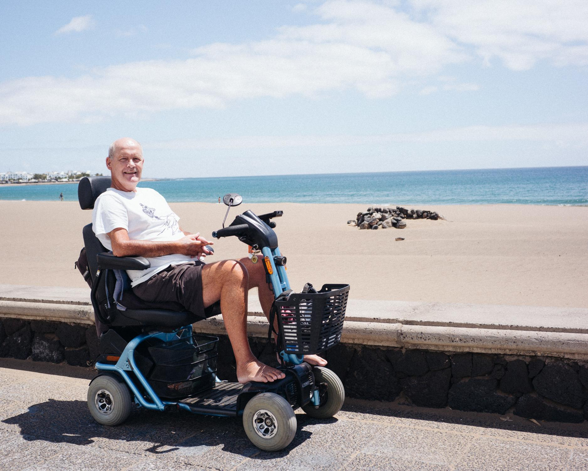 Eugene Oleary est irlandais. Il vit sur le front de mer de Los Pocillos une partie de l'année. Installé ici depuis quatre ans pour des raisons de santé, il vient tous les jours sur cette promenade qu'il ne reconnaît plus tant elle est déserte. « Depuis des mois, je ne croise que quelques joggeurs et promeneurs, toujours les mêmes. C'est très agréable, mais catastrophique. »