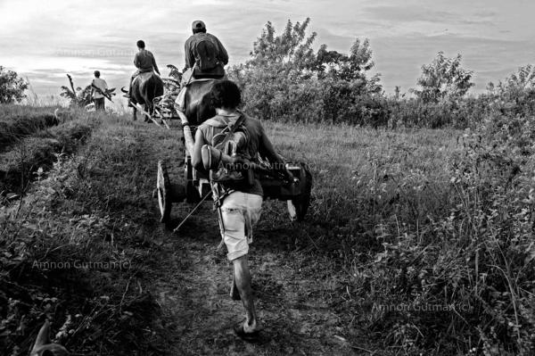 On the way to their fields which are located in the no mans land between christian and muslim communities, an area which was repeatedly attacked by MILF rebels.
