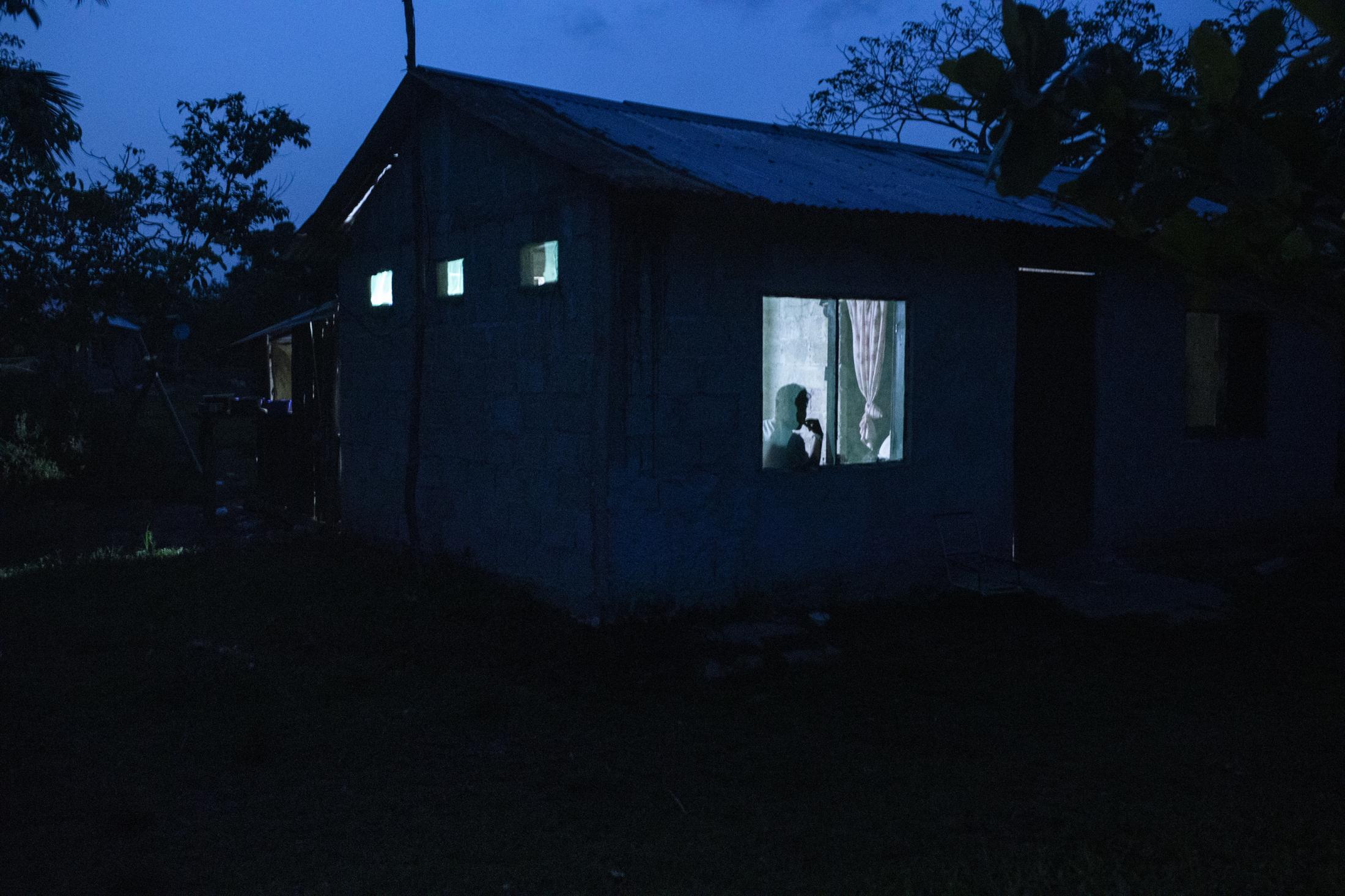 Alexis Zamudio, 17 años, observa la llegada de un bote desde el interior de su casa en la comunidad de El Nacaste. Alexis han sido unos de los estudiantes de preparatoria afectados por la pandemia del Covid-19 al vivir en una comunidad sin energía eléctrica ni internet para poder realizar sus actividades académicas.