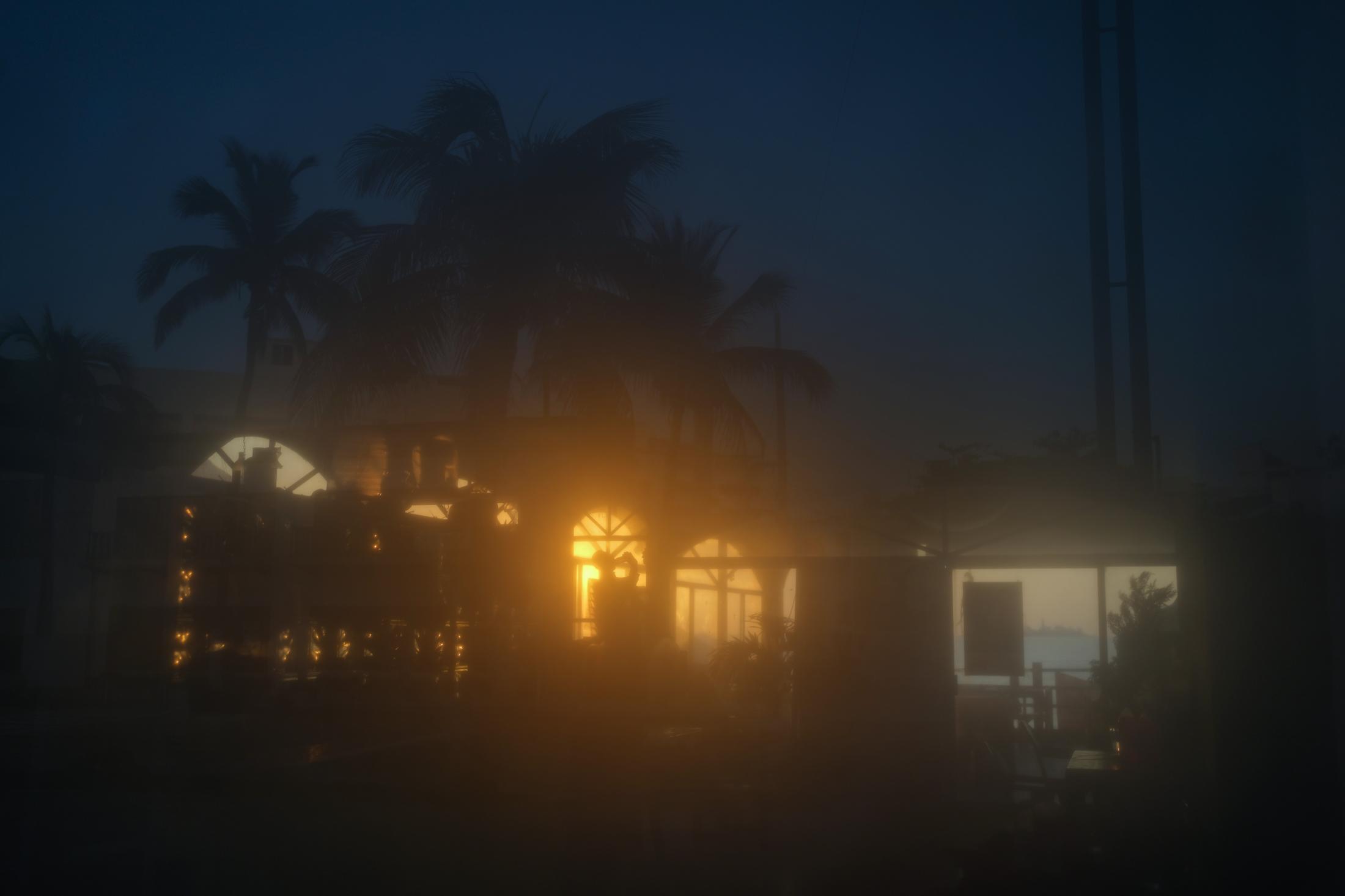 Las palapas cerradas, donde trabajaba Paola Reyes, se observan a través de un reflejo durante el amanecer en medio de la pandemia por Covid-19. En el Puerto de Veracruz, México. El 25 de Marzo del 2021.