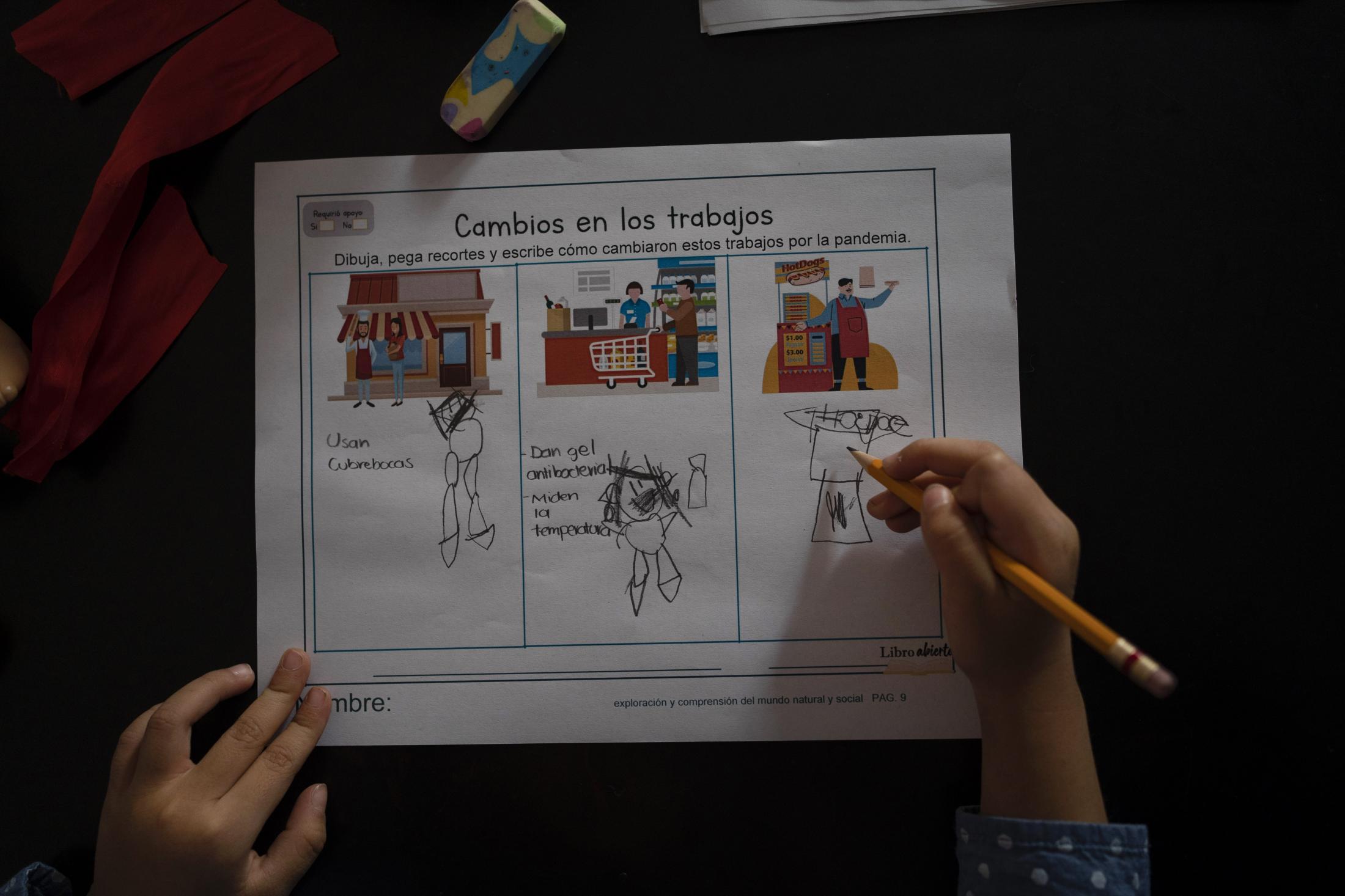 Maria José, hija menor de Mónica Quijano, dibuja los cambios en los trabajos como parte de sus tareas durante el ciclo escolar virtual derivado de la pandemia por Covid-19, en San Luis Potosí, México, el 01 de diciembre de 2020.