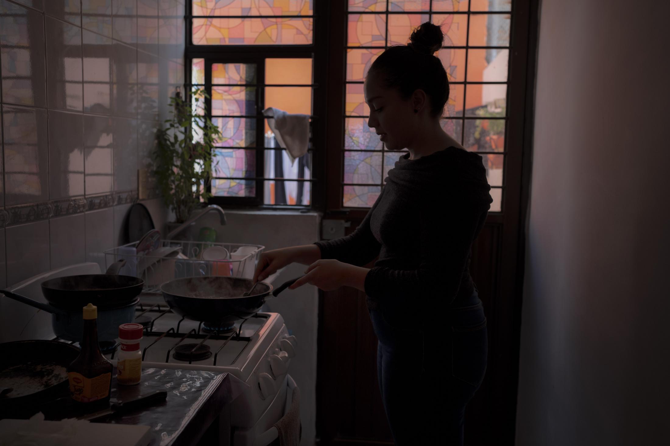 Durante la pandemia Mónica Quijano ha tenido que emplear diversas funciones dentro de su vivienda, compaginar su trabajo temporal en la venta en línea, con su labor de madre, la educación de sus hijas y los quehaceres domésticos. En San Luis Potosí, México. El 3 de Diciembre del 2020.