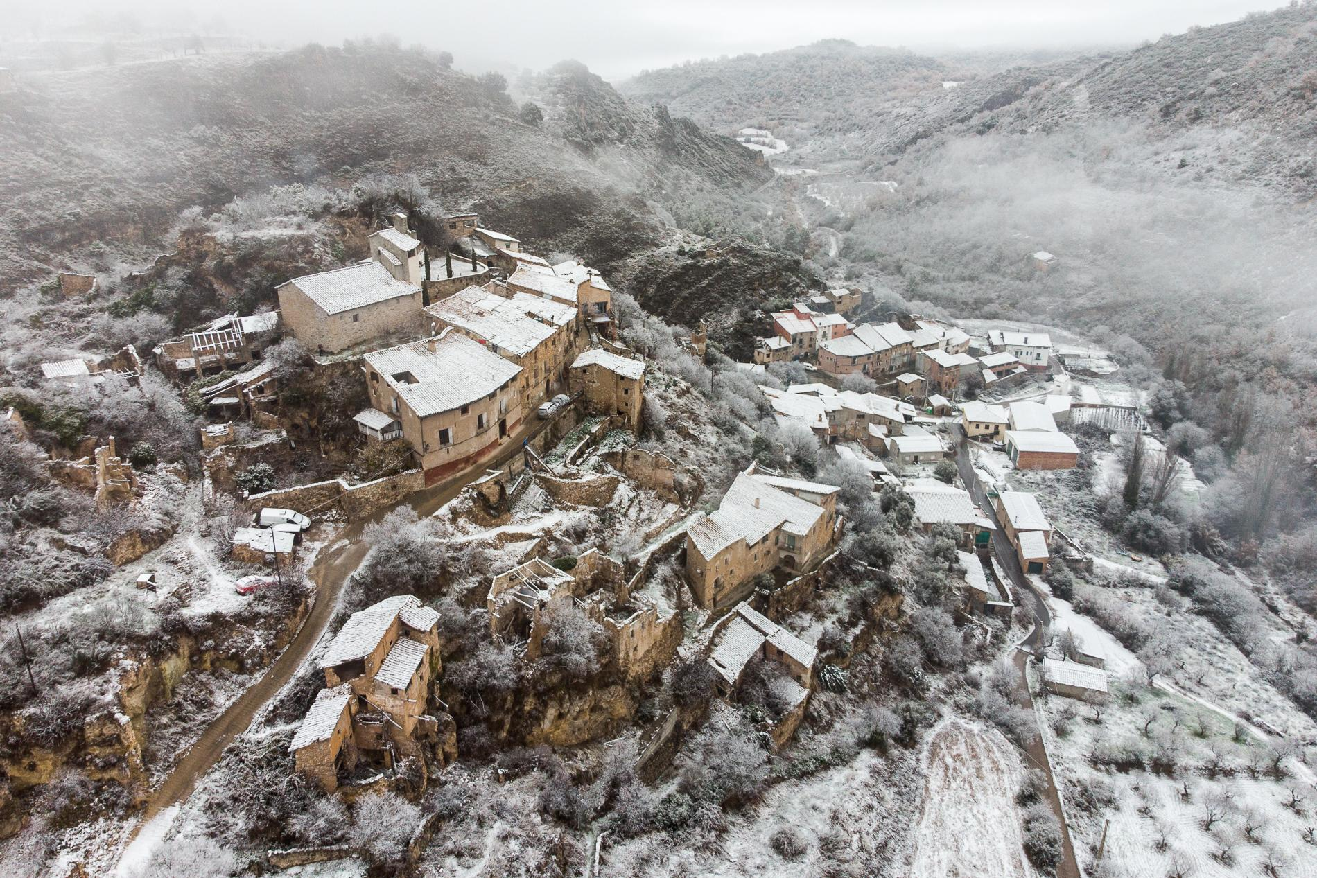 Aguinalíu is located in the desolate province of Aragón and is risking depopulation since decades. The village consists of two parts: on top of the mountain and at the bottom of the valley. The upper part has been abandoned in recent decades, but has been almost completely rebuilt by new residents in recent years. Aguinalíu, 7-12-2020