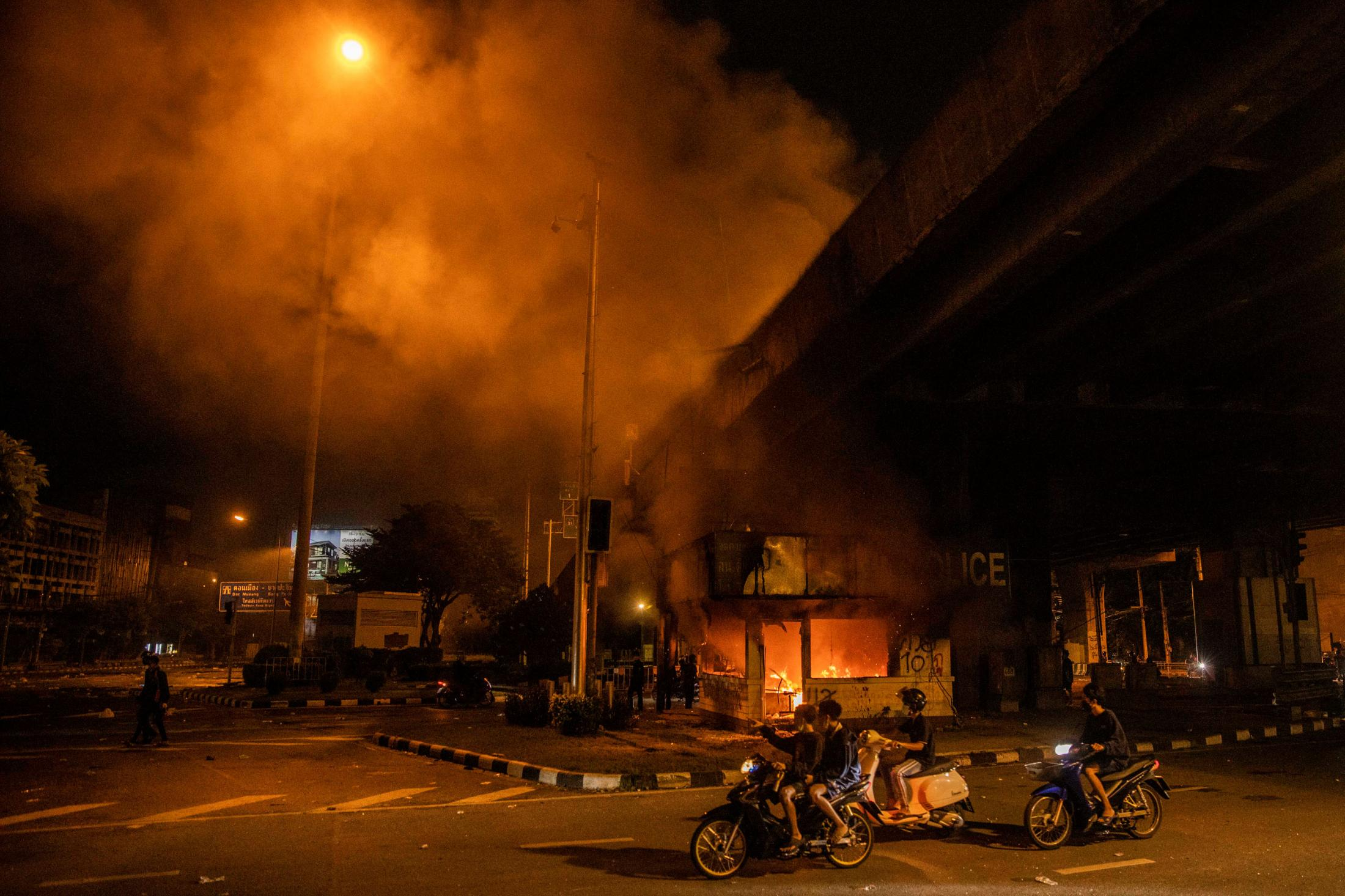 Art and Documentary Photography - Loading AM_BangkokProtest_150821__033.jpg